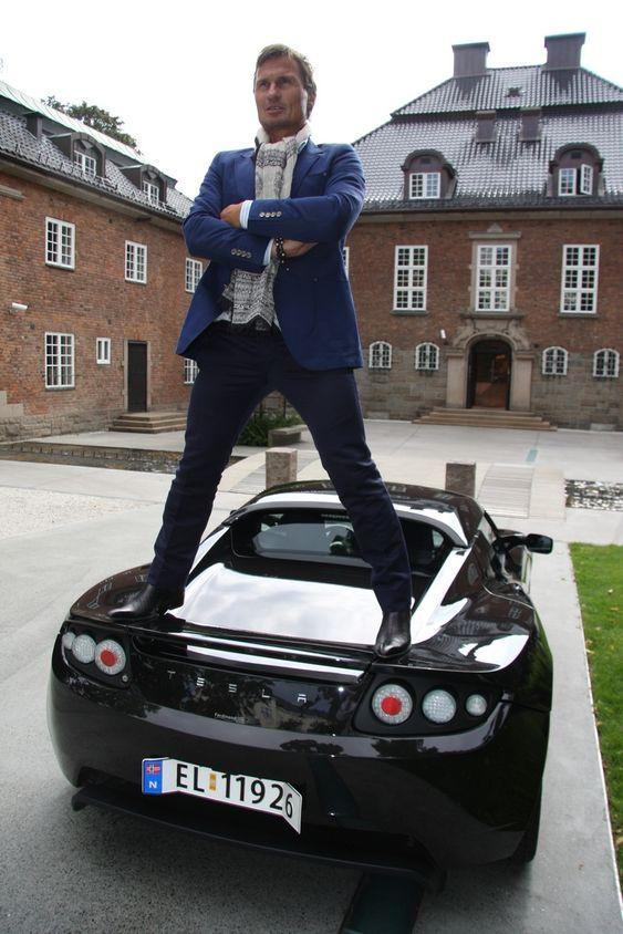 FØRST: Petter Stordalen var ikke sen om å bestille en Tesla, og er antagelig den første som har fått den amerikanske elsportsbilen i Norge.