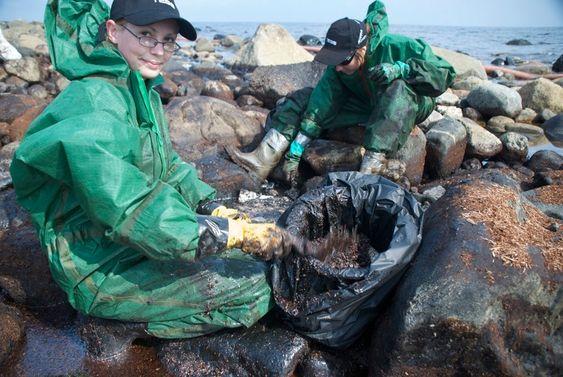 Jeanette Aubert og Therese Kronstad, WWF. Strandrensking på Jomfruland etter Full City-forliset. World Wildlife Fund (WWF) har 300 utdannede medarbeidere som rykker ut ved oljesøl. De har utstyr og utdannelse til det harde og krevende arbeidet.