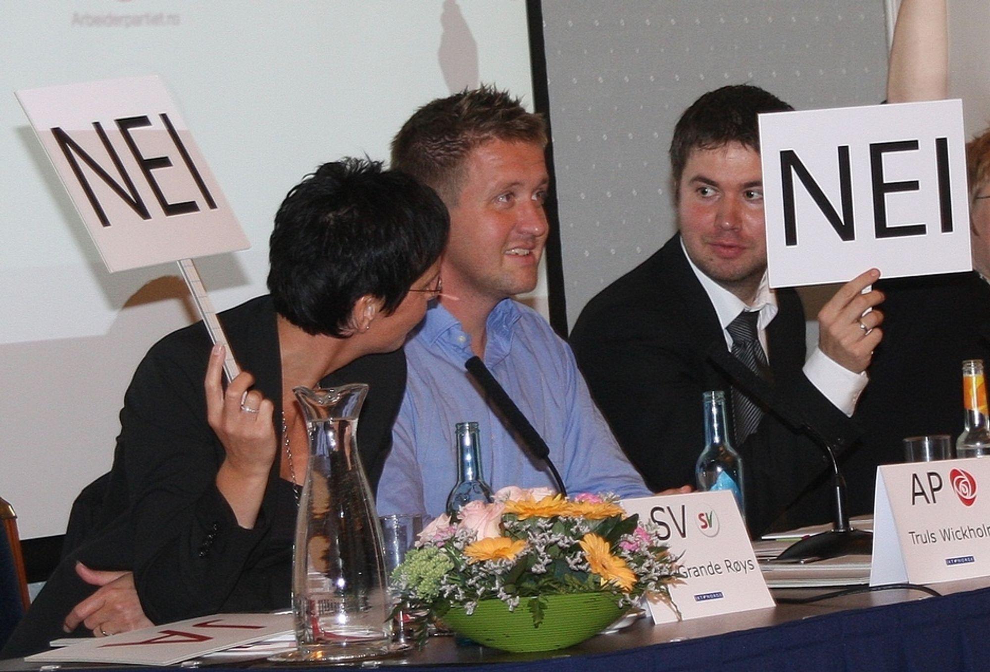 TAUS. Truls Wickholm fra Ap (i midten) var tilbakeholden i spørsmålet om EUs datalagringsdirektiv på IKT Norges IT-politiske valgdebatt, mens regjeringspartikollegene fornyingsminister Heidi Grande Røys (SV) og Geir Pollestad (Sp) tonet flagg.