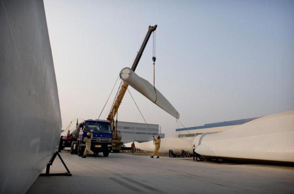 KINESISK VINDKRAFT: Vindmølleblader fra Baoding legges på lastebiler for frakt til vindparker i nordvest-Kina. FN har suspendert behandlingen av kinesiske vindkraftprosjekter som ønsker å selge klimakvoter. Årsaken kan være at vindprosjektene ville vært lønnsomme også uten kvotepenger, tror Finansdepartementet.