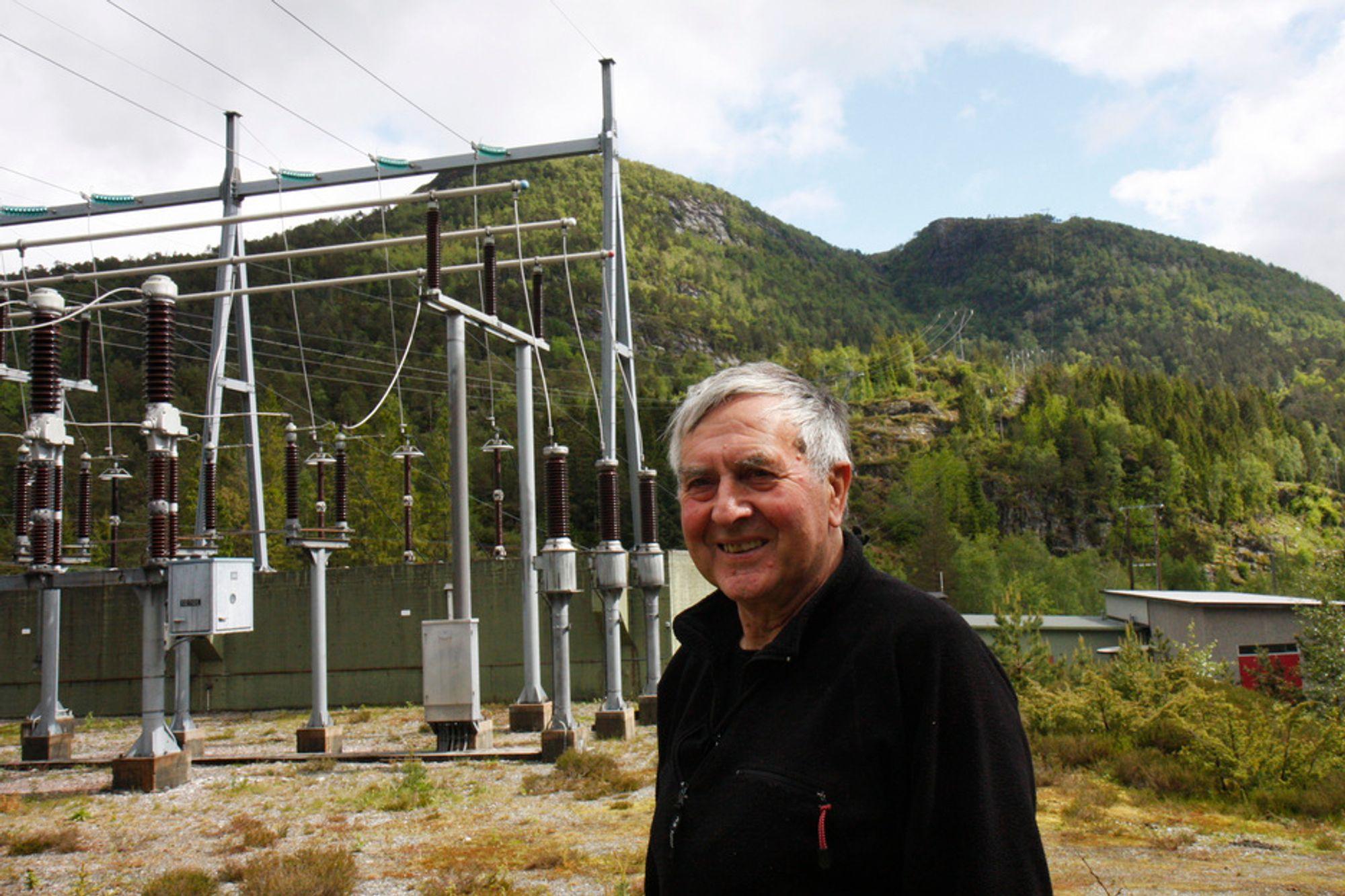 KRAFTLINJE, JA TAKK: Pensjonist Kolbjørn Løken (76) har passet transformatorstasjonen på Grov i Flora kommune i 61 år. Han mener kraftlinjer vil hjelpe fylket til å unngå fraflytting.