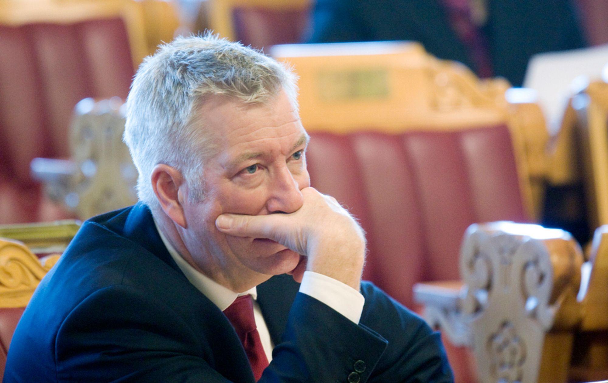Finansminister Sigbjørn Johnsen (Ap) ville ikke røpe hvordan og når regjeringen har tenkt å endre på dagens avgiftsfritak for elbiler.