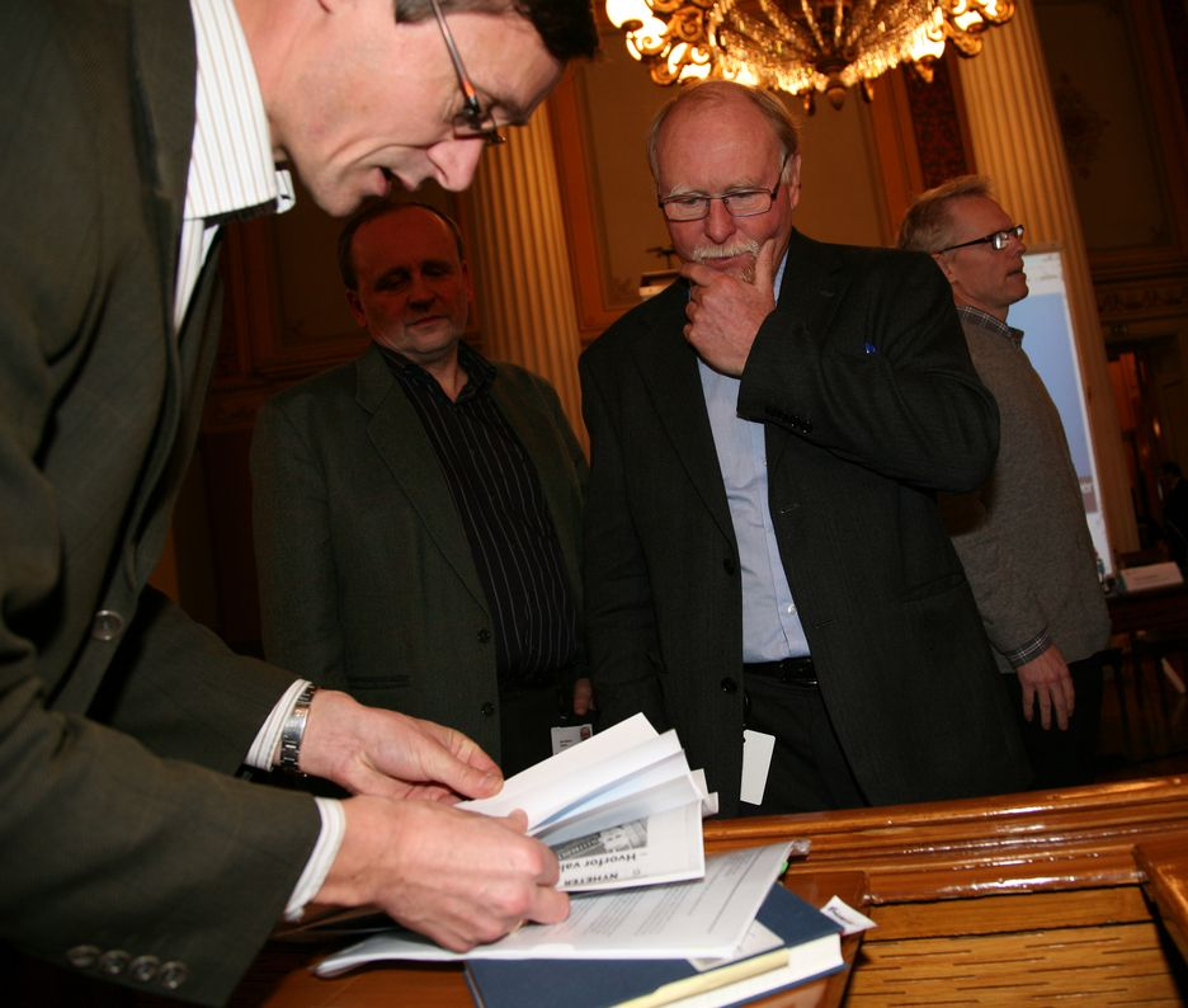 DEBATT: Kunnskapsdepartementets Lars Nerdrum var svært interessert i utspillet fra Per Olaf Aamodt (til høyre). Nils Martin Stølen, forskningssjef i SSB (bak), lyttet også nøye.