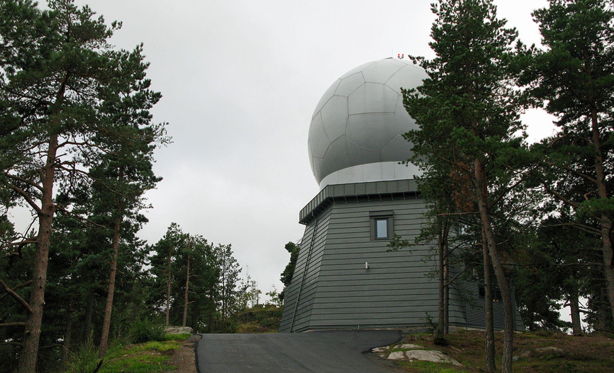 Fargen på både bygning og radom er valgt i samarbeid mellom Avinor og Stokke kommune for å sørge for at den vardelignende radaren i Kihlåsen stikker seg minst mulig ut.