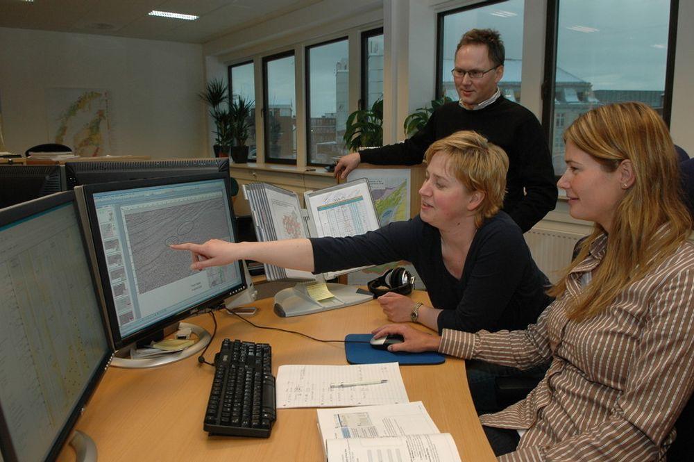 LETING: Tolkning av seismiske data er grunnlaget for å finne olje. Sammen med gode elektromagnetiske data kan informasjonen bli mer presis og riskoen for å bore feil, mindre. Dette er bais for verdiskapingen i Discover Petroleum. Fra venstre Yngve Vassmyr, Elisabeth Alsvik Pedersen og Trine Pettersen.