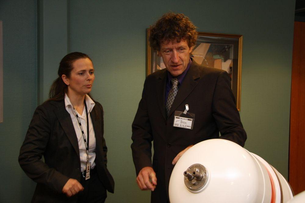 Turi Røyne Valle fra Nammo og Bo Andersen fra Norsk Romsenter har tro på den nye hybridteknologien. Her med en akselerasjonsmotor til Ariane 5.