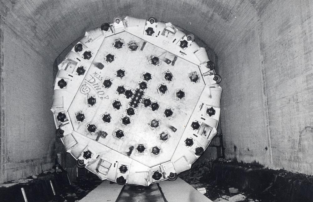 """TBM-TABBE: Statens vegvesen boret i perioden 1984-1986 cirka syv km tunnel gjennom Fløyfjellet med tunnelboremaskinen """"Madam Felle"""". Men maskinens diameter var for liten,  og omfattende strossing måtte til for å få full kjørebanebredde i begge løp. Det kostet tid og penger."""
