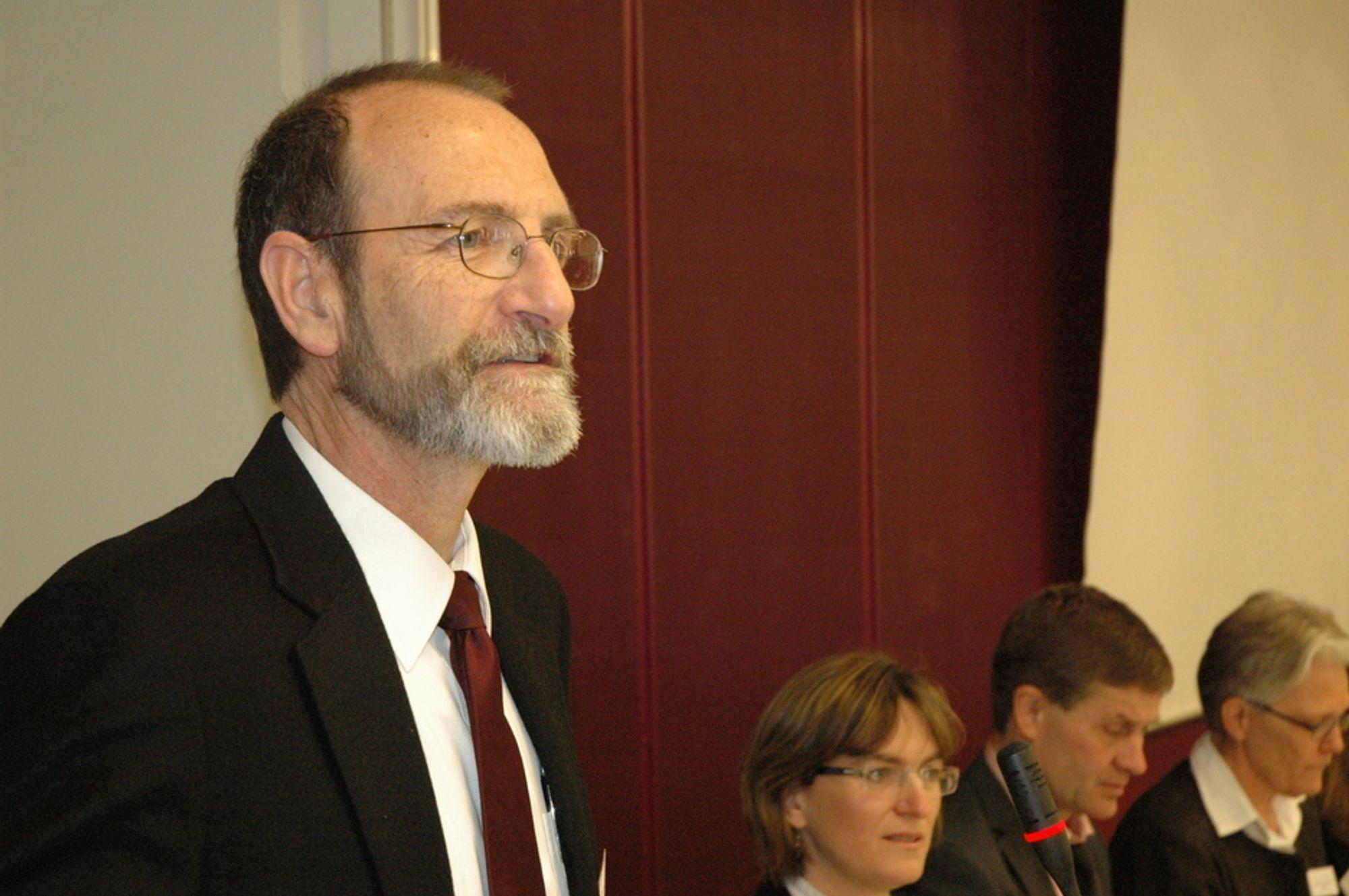 VARMT: - Det blir flere hetebølger, sier Christopher Field ved Carnegie Institution for Science, USA. Han er en av lederne for arbeidsgruppe 2 under FNs klimapanel, som skal se på ekstremvær og følger av klimaendringer.