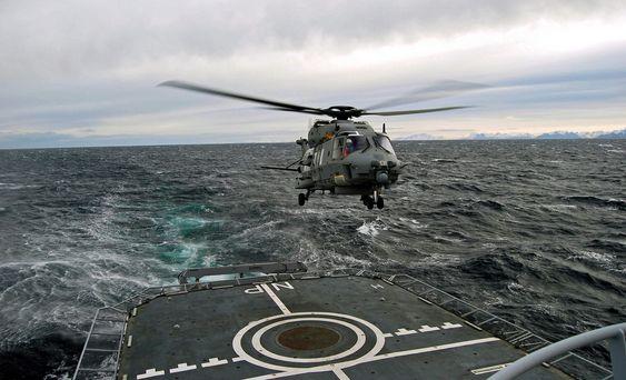 Det første NH-90-helikopteret lander på KV Nordkapp under testing i Vestfjorden.