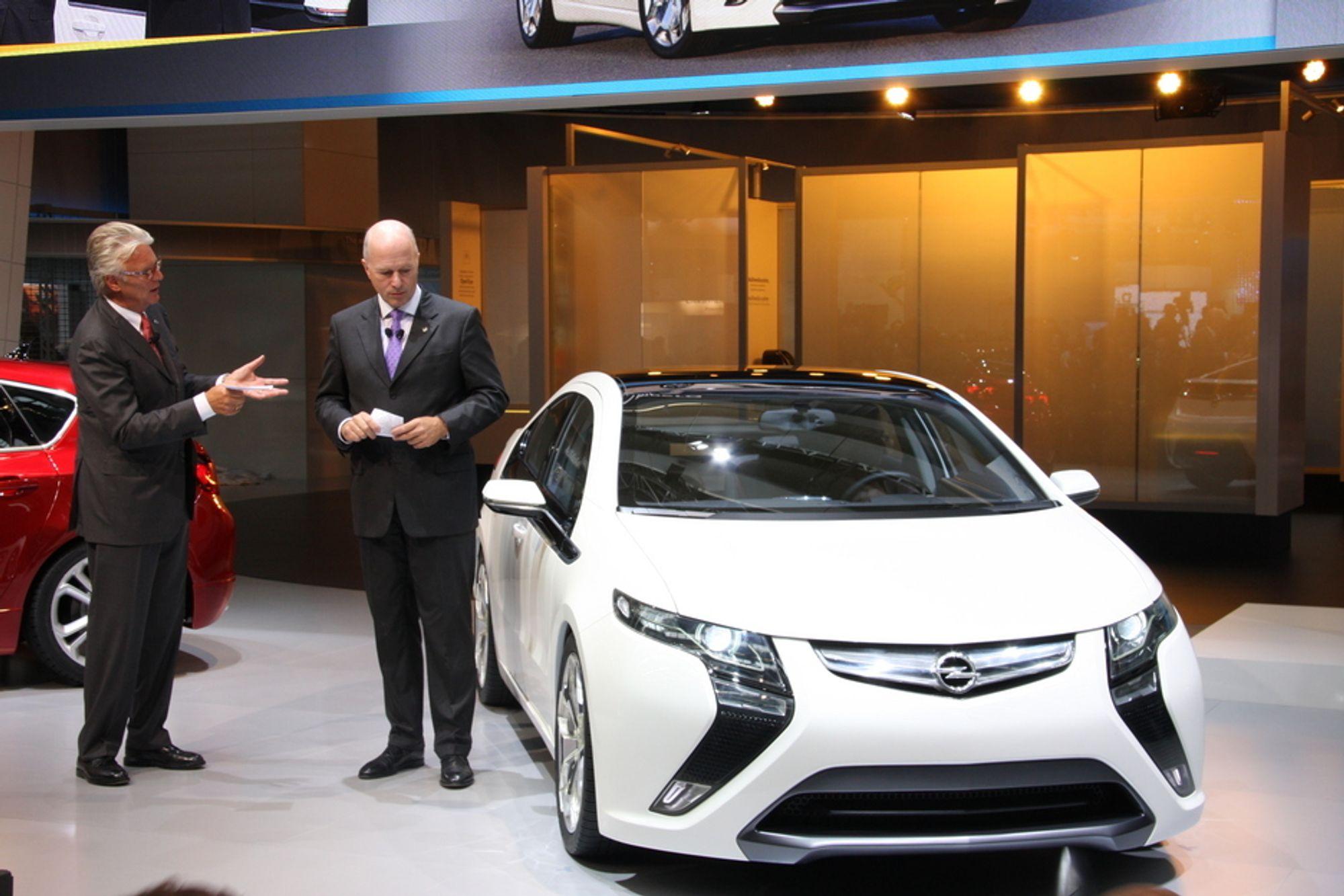 ELEKTRISK: Carl Peter Forster og Martin Hacht viste frem Opels nye Ampera.