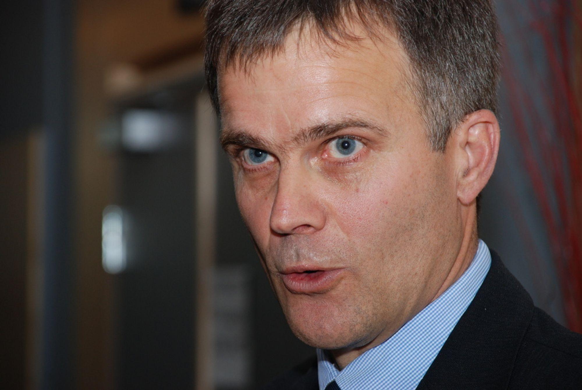 I LØVENS HULE: Nordmenn har lett for å glemme at den største andelen av CO2-utslipp fra kanadisk oljesand kommer når konsumenten starter bilen sin, sier Statoil-sjef Helge Lund, som forsvarte selskapets oljesand-investeringer under Zeros klimakonferanse på Gardermoen.
