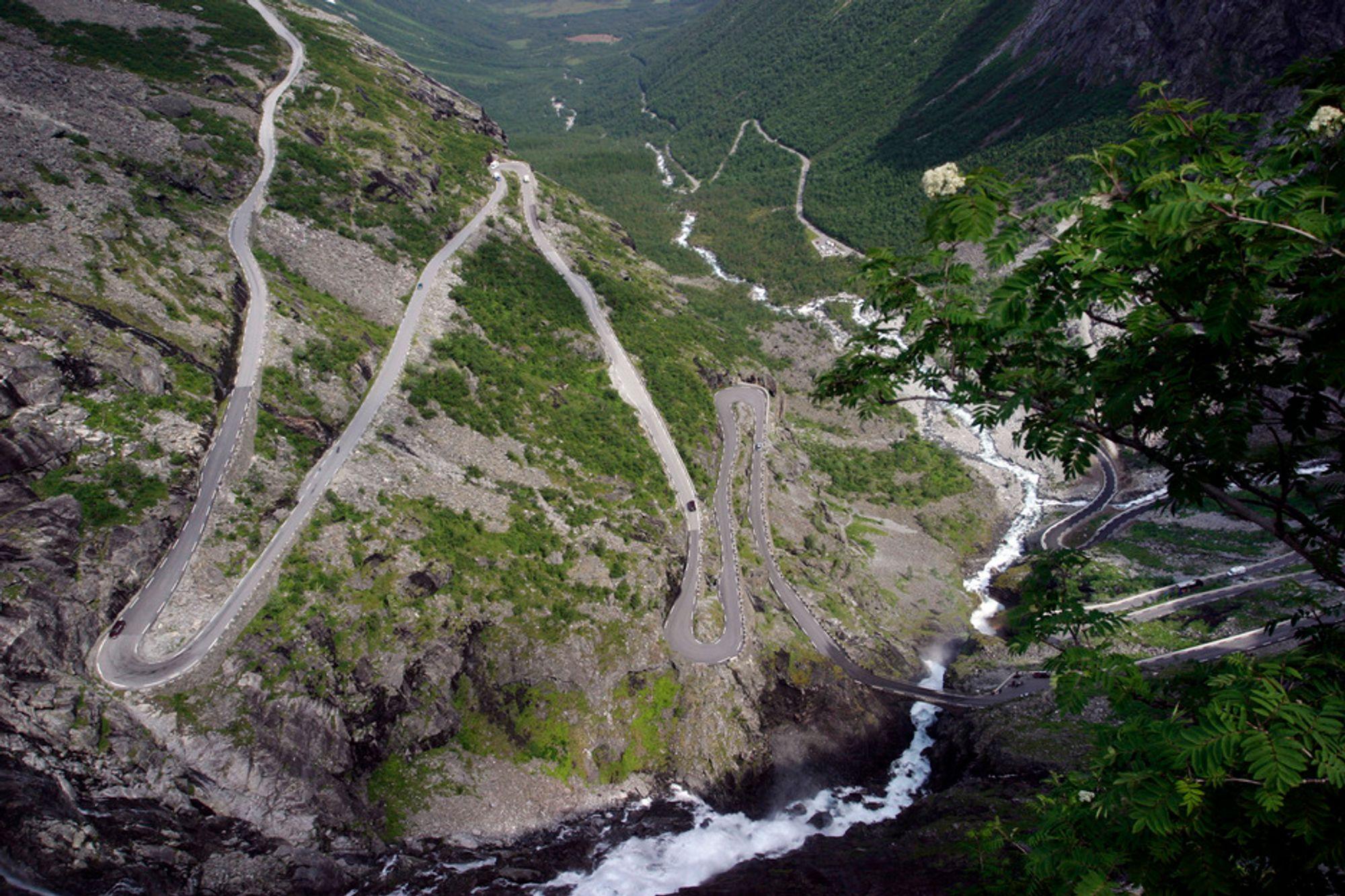 FARLIG: Trollstigveien måtte stenges mandag på grunn av snøfall.