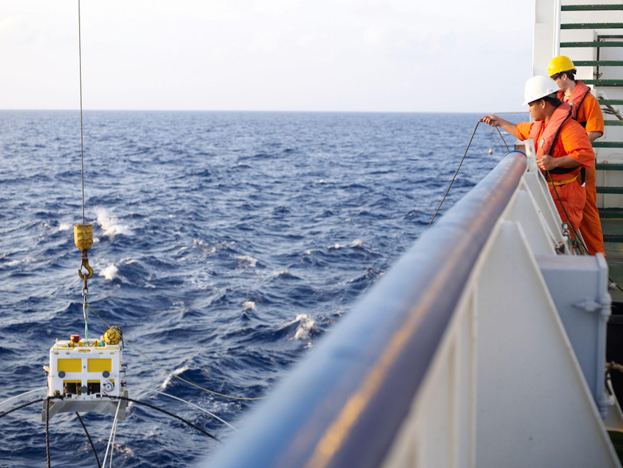 EMGS har syv spesialkonstruerte skip for elektromagnetisk kartlegging av oljeforekomster til havs.