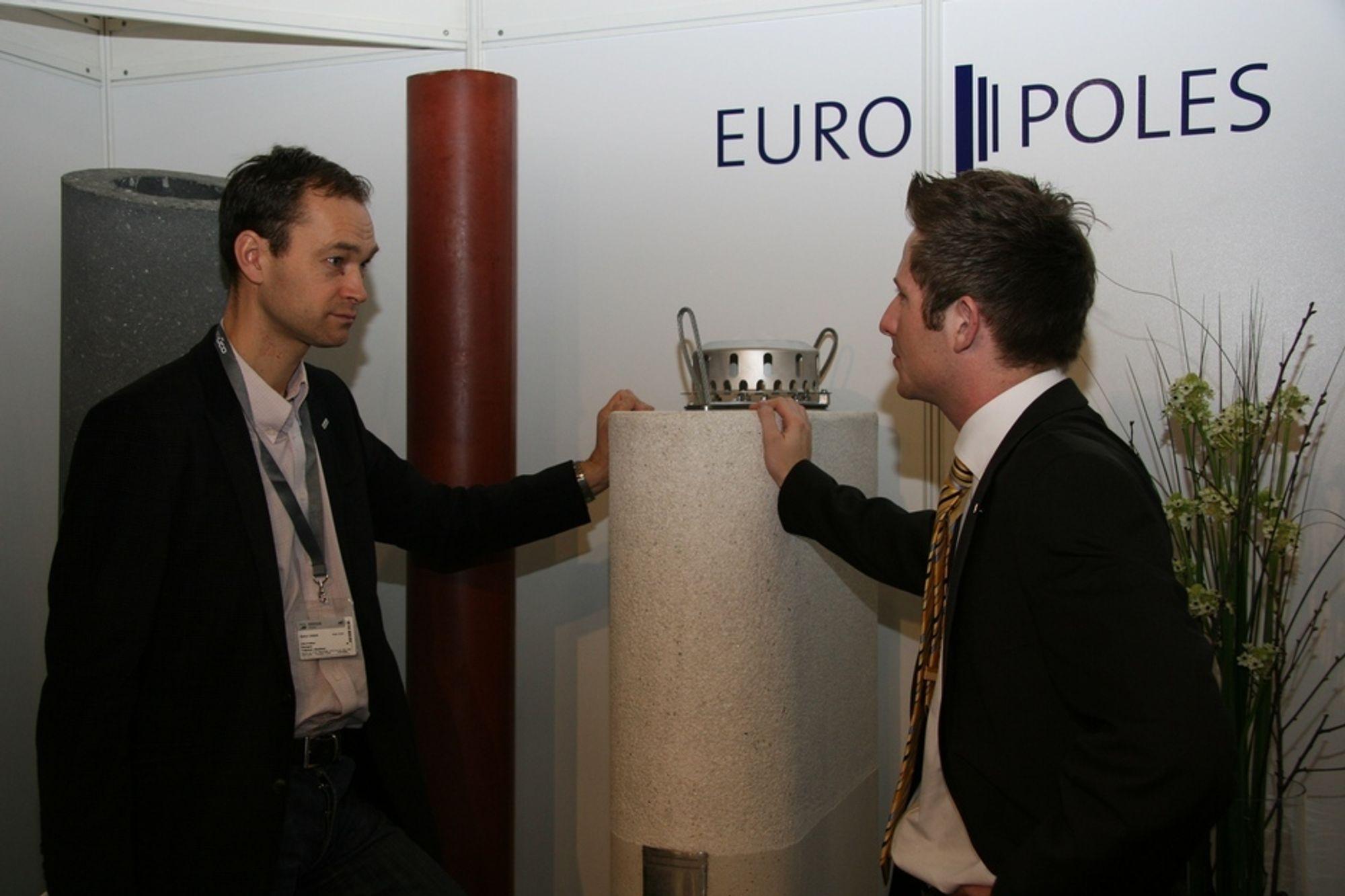 MULIGHETER: Skanskas Ole-Petter Haugen, til venstre, blir informert av Product manager Christian Spies om hvordan sentrifugerte betongsøyler kan benyttes. I midten et emsempel på at søylene også kan gjøres ovale ved å plassere innlegg i formene.
