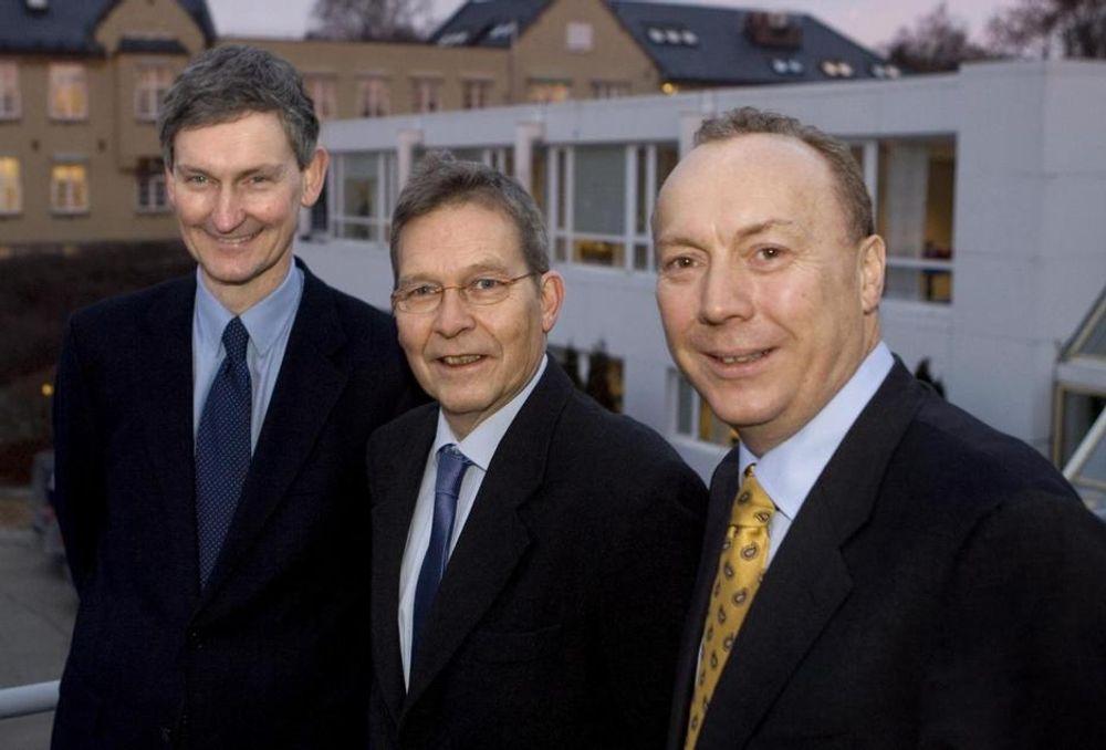 Adm. dir. Finn Melbø (i midten) har tildelt stortrosjektet i Statens pensjonskasse til adm. dir. Nils Øveraas (t.v.) i Accenture og adm. dir. Kjell Rusti i Steria i Norge.