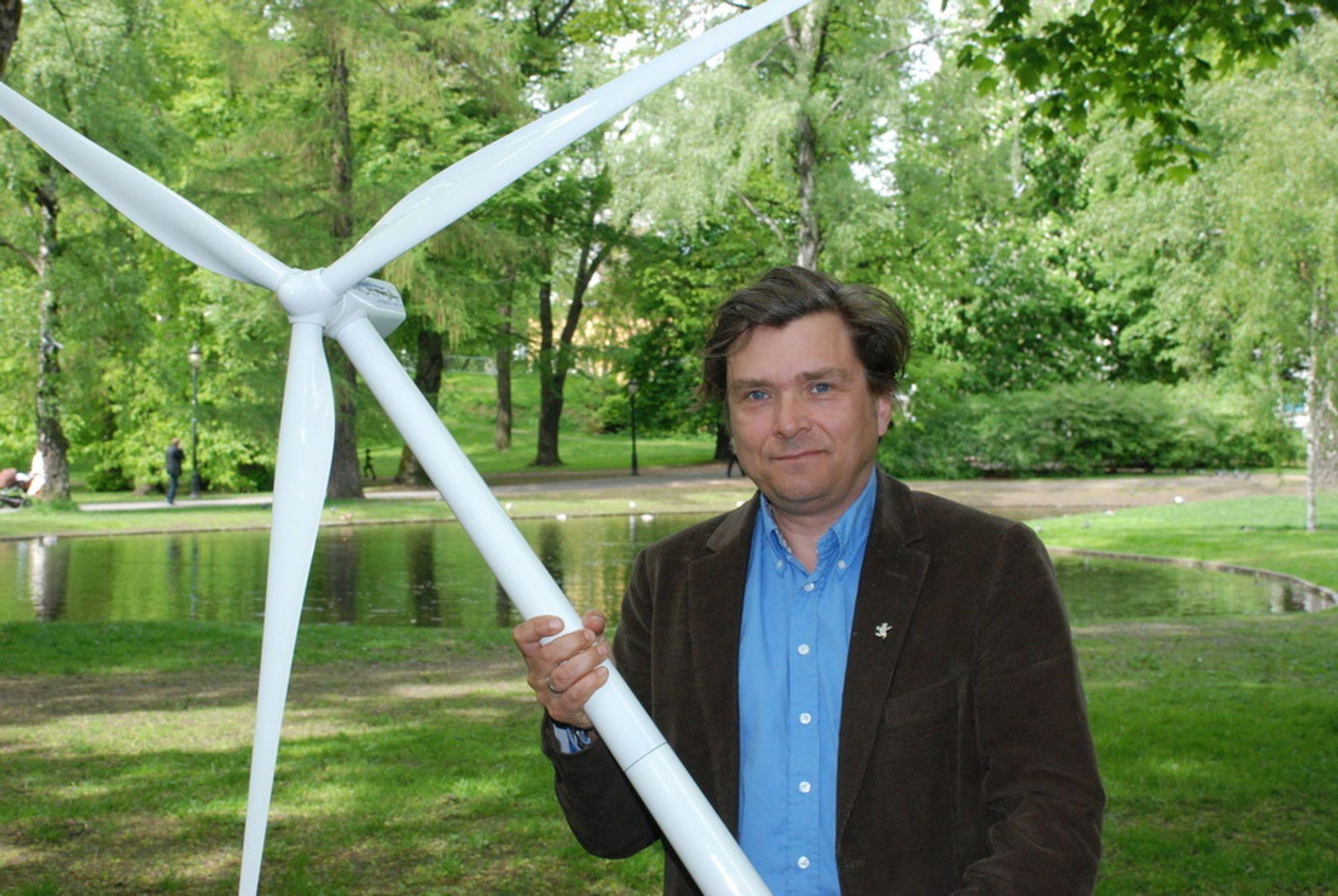 SNURRER AV GLEDE: Direktør Øyvind Isachsen i Norwea er fornøyd. Norge og Sverige er enige om elsertifikater, og det gjør vindkraften mer lønnsom. Mange nye vindkraftprosjekter vil nå bli bygd ut.