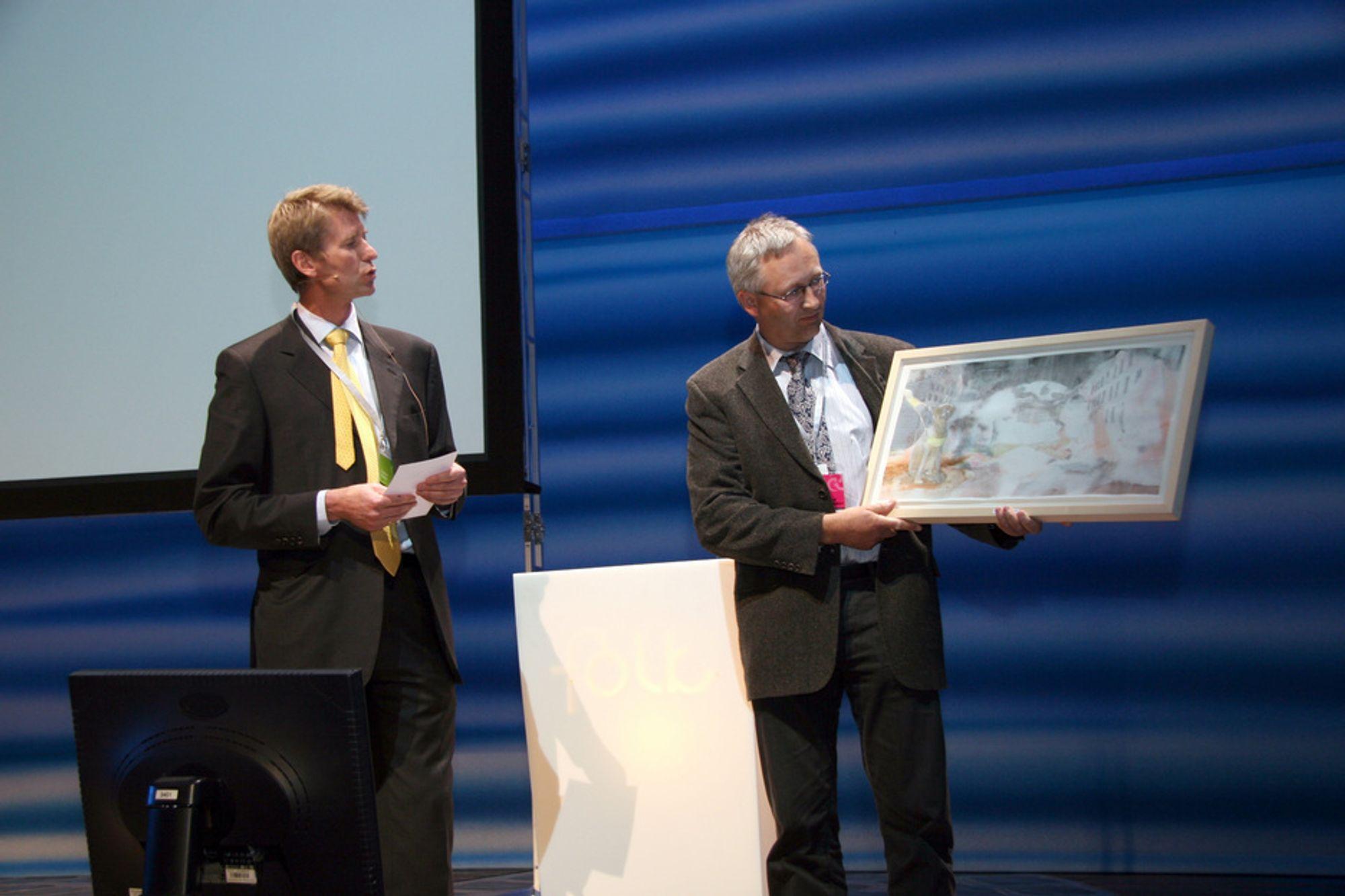Hybrid Energy ved Bjarne Horntvedt overrekkes Varmepumpeprisen 2009 av Gunnar Solem.