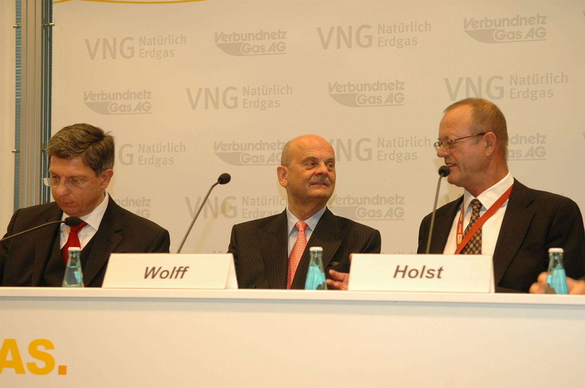 HENTER I NORGE: VNG har fått norsk gas siden 1996. Nå sikter ledelesen på flere eierandeler på norsk sokkel. Fra venstre Klaus - Dieter Barbknecht, viseadministrerende direktør Gerhardt Wolff og Klaus - Ewald Holst.