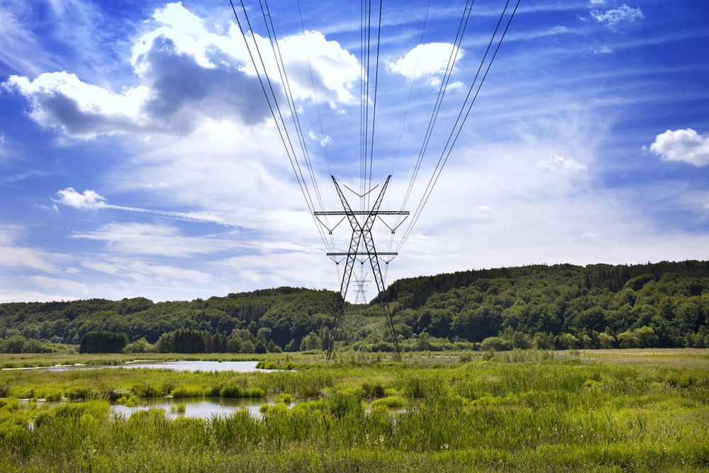 KRAFTLØSE DANMARK: I kveld vil strømprisene i deler av Danmark være de høyeste noensinne. Bakgrunnen er dårlig overføringsnett fra Tyskland, manglende svensk atomkraft og liten vindkraftproduksjon. Her det danske 400 kV-nettet ved Vejle Ådal.