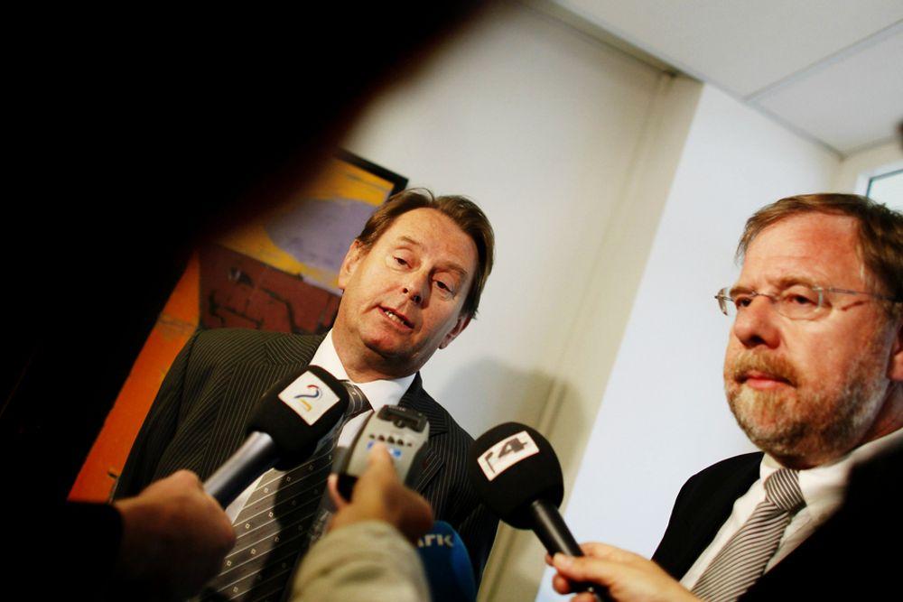Riksmeglingsmennene Dag Nafstad (t.v.) og Nils Dalseide kunne 06.00 fortelle at partene i offentlig sektor var kommet til en løsning på overtid.
