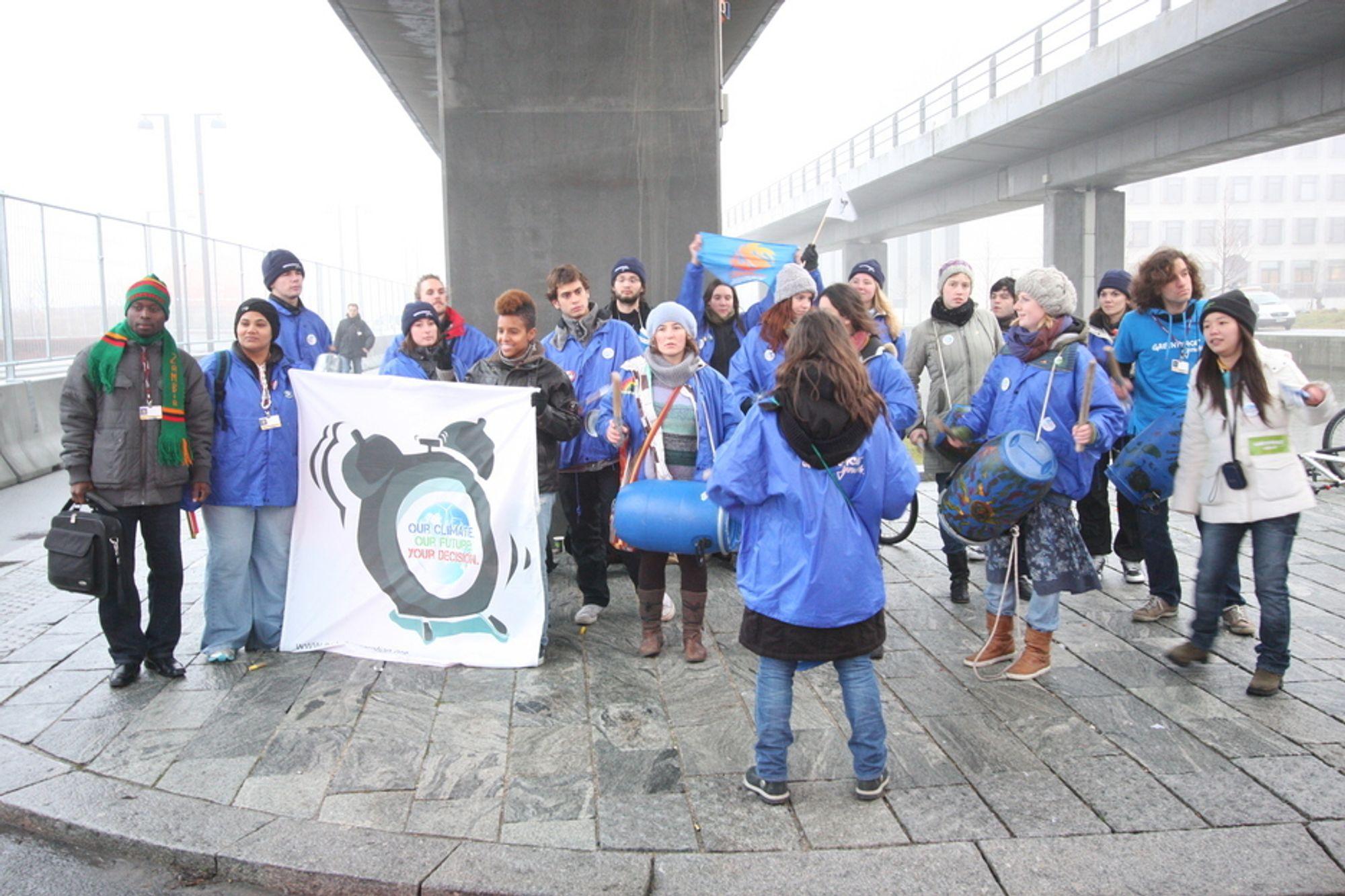 GJØR MYE AV SEG: Greenpeace Youth demonstrerer utenfor Bella Center. Disse demonstrasjonene har gått fredelig for seg, men politiet frykter at det skal bli trøbbel i helgen når de store klimademonstrasjonene begynner.