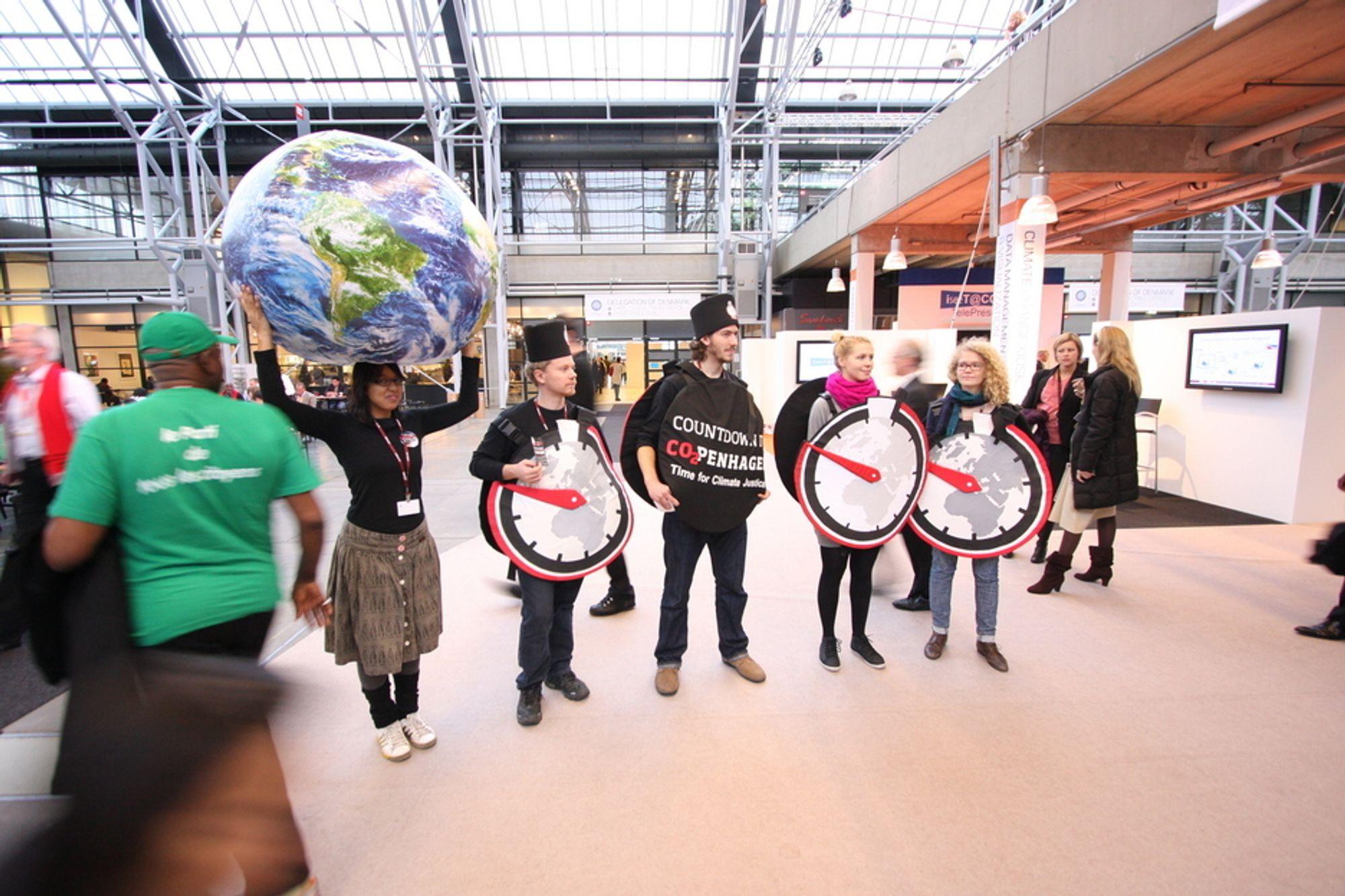 MØTES I LOBBYEN: Her er noen av de mange som prøver å påvirke forhandlingene og skape en rettferdig klimaavtale. Hele to tredjedeler av de 30 000 som står på deltakerlisten til forhandlingene er ikke-statlige representanter.