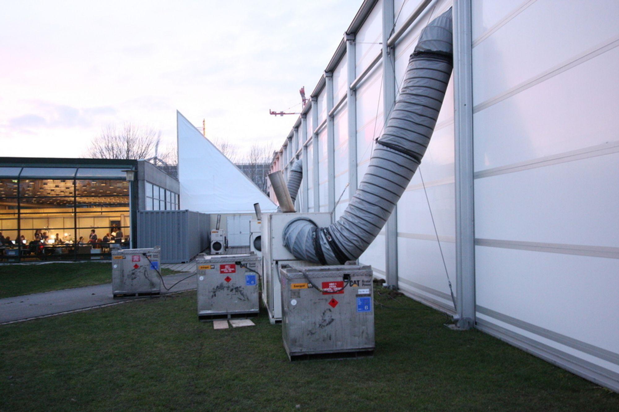 DIESELFYRTE KLIMAKONTORER: Inne i dette bygget har delegatene sine kontorer under klimaforhandlingene. Varmen kommer fra disse dieselfyrte generatorene fra Energyst Cat Rental Power, og slipper ut en god del CO2.