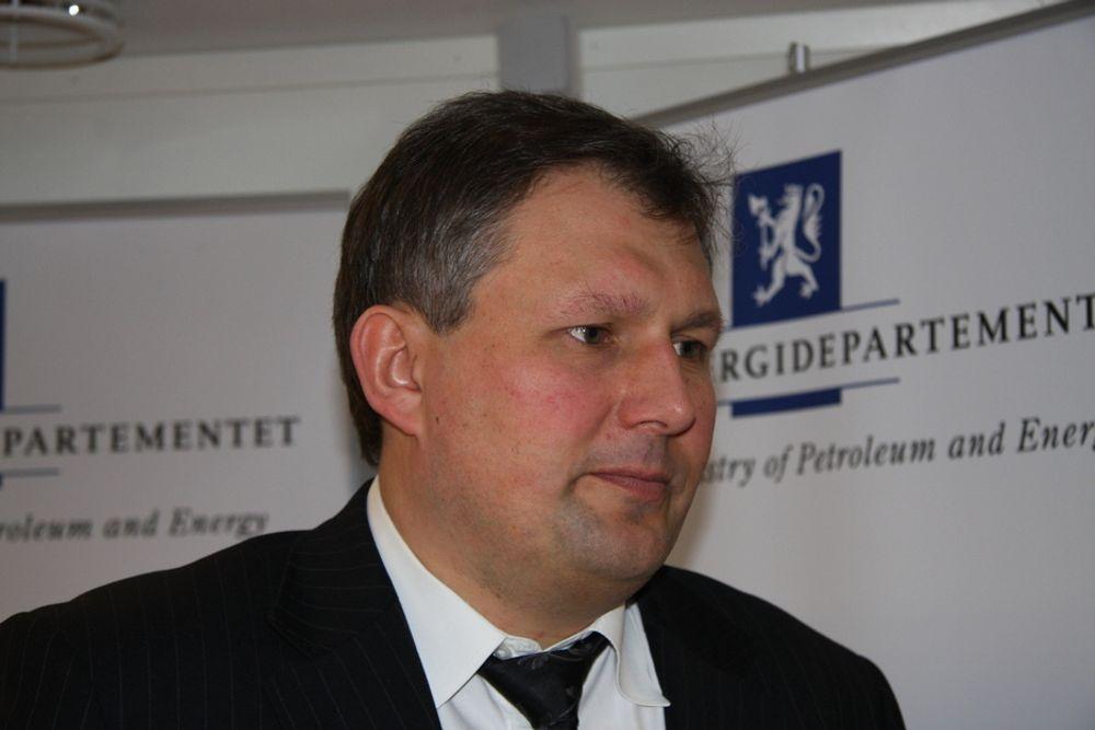 GIR PENGER: Olje- og energiminister Terje Riis-Johansen er glad industrien satser på energigjenvinning.