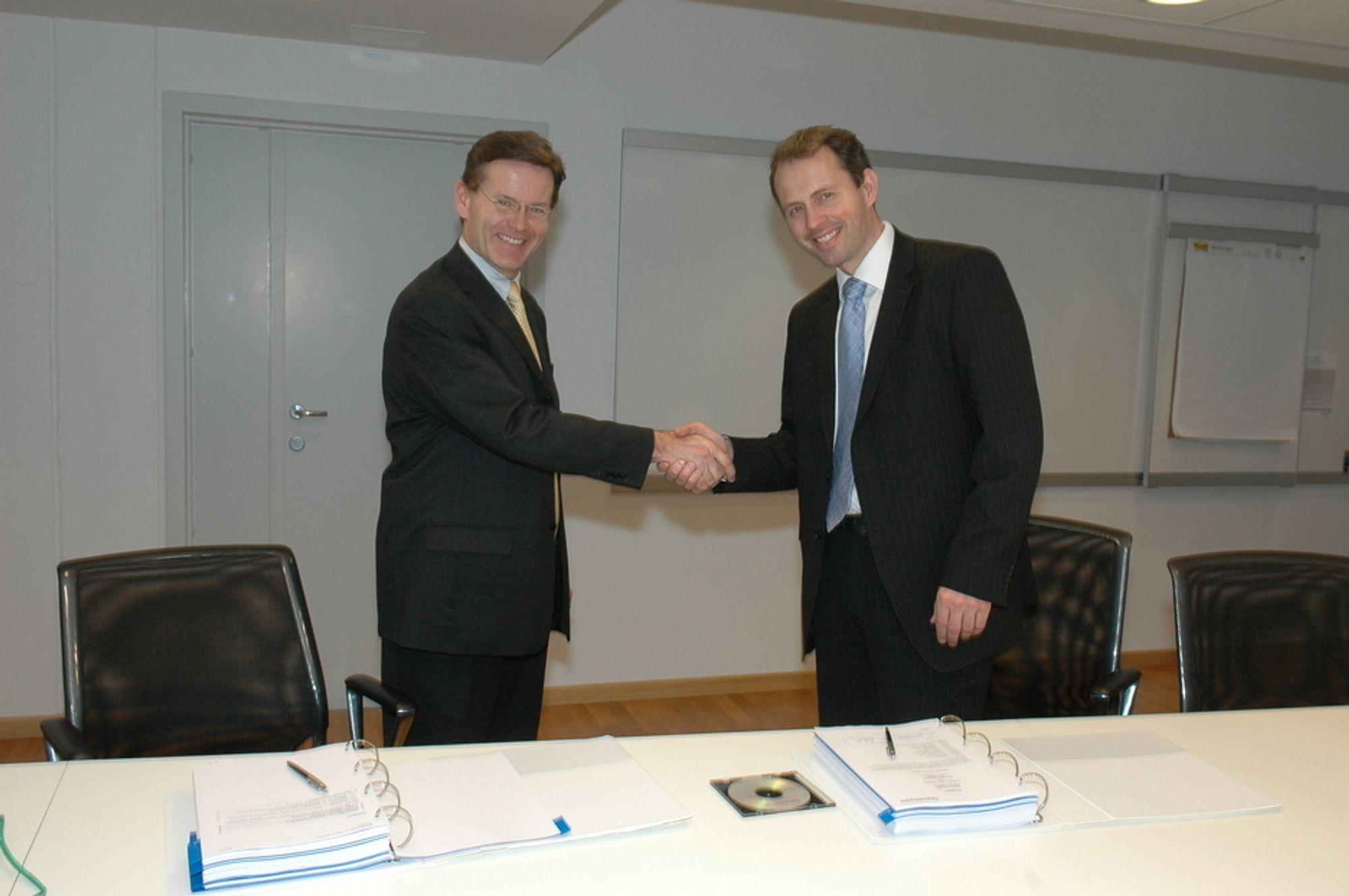 FØRST UTE: Nicolay Ramm i StatoilHydro gratulerer Jan Roger Bjerkestrand i Aker Clean Carbon med kontrakt for et storskala CO2 renseanlegg på Mongstad.