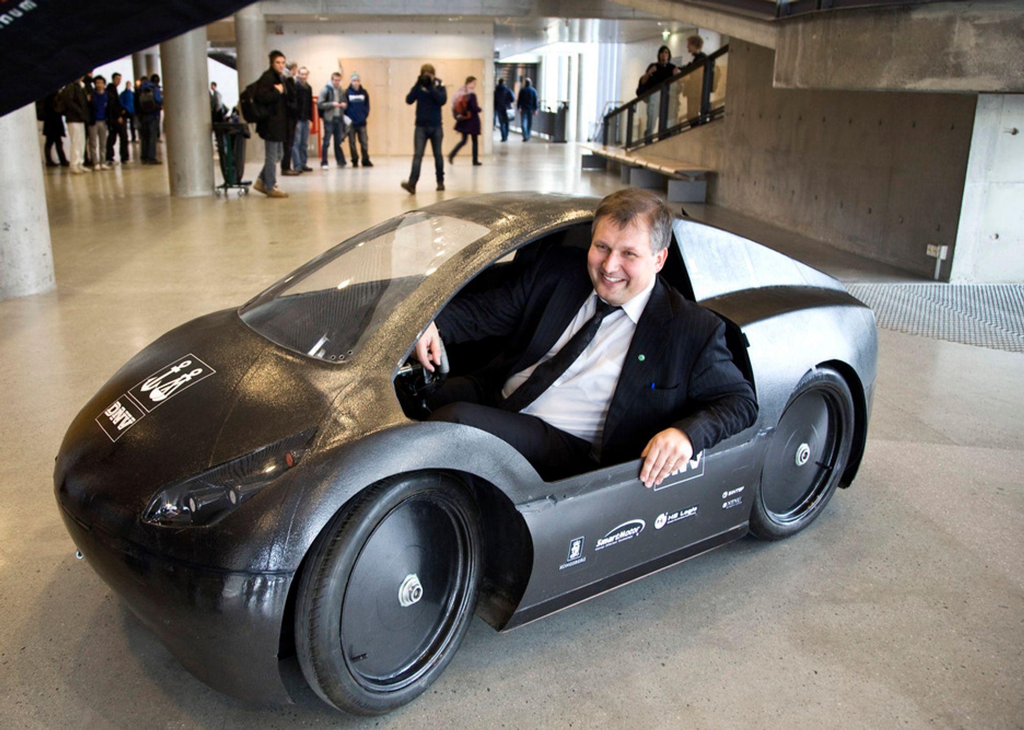 Olje- og energiminister Terje Riis Johansen besøkte torsdag NTNU, hvor han blant annet fikk ta plass i denne. Nå vil han opprette en egen tenketank i forbindelse med FME-sentrene.