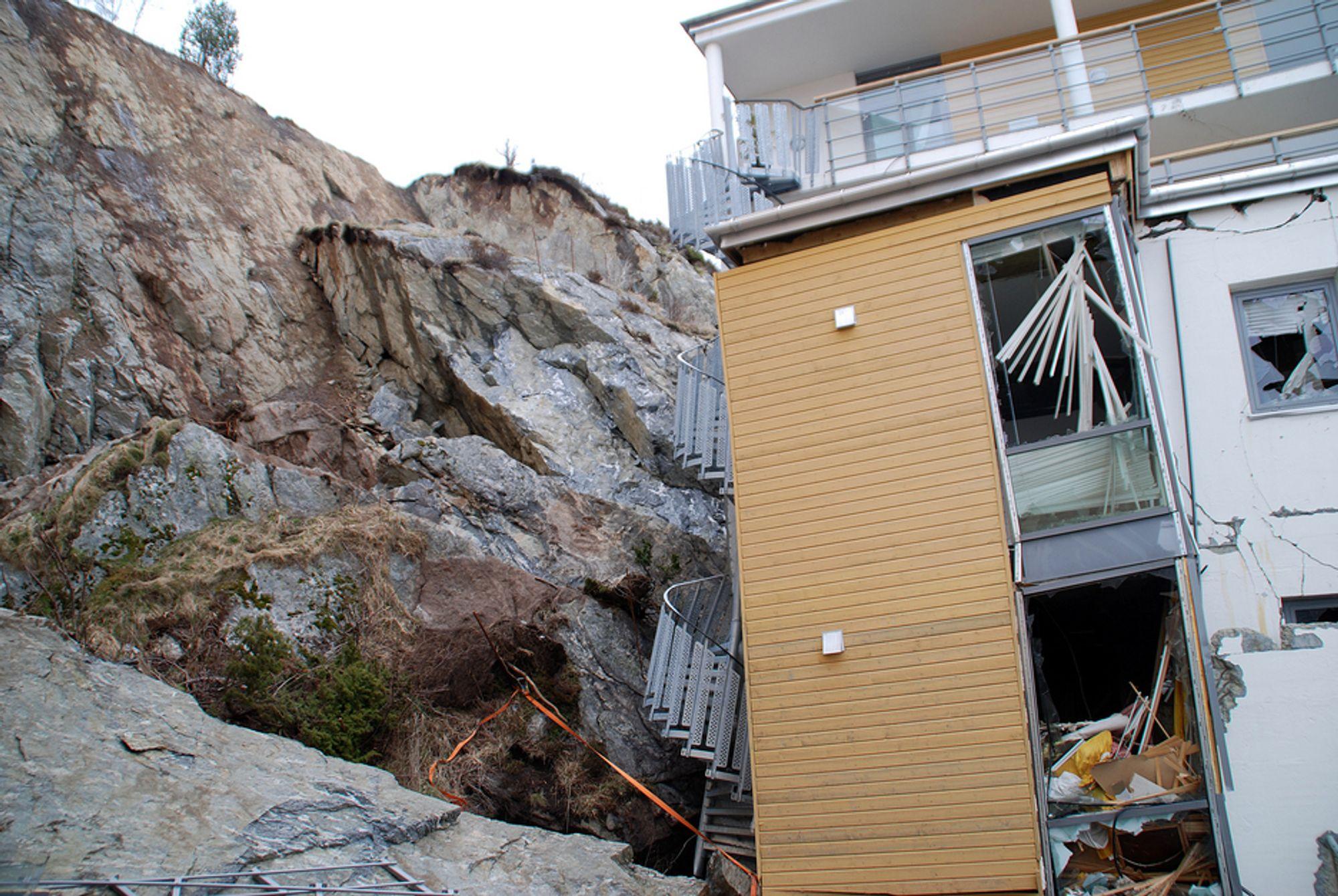 Deres hjem ble knust etter å ha blitt truffet av store steinmasser, og fem personer omkom. Nå ønsker flere av boligblokkens tidligere beboere likevel å flytte tilbake.