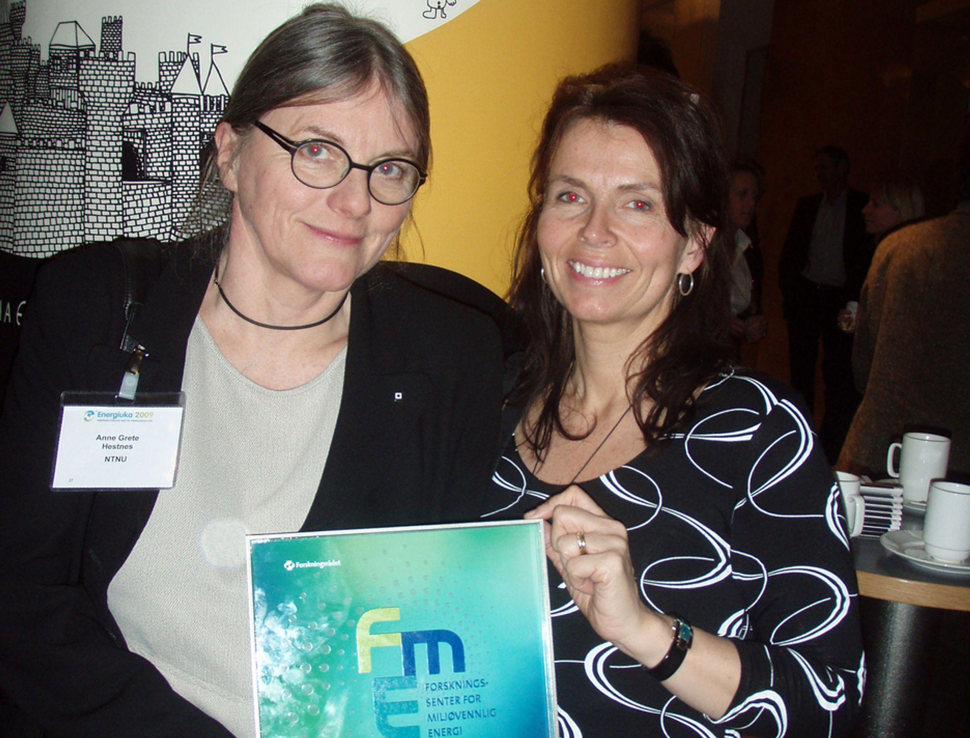 GLEDER SEG: Professor ved NTNU, Anne Grete Hestnes (t.v.), og forskningsleder ved SINTEF Byggforsk, Marit Thyholt, skal lede forskningssenteret Zero Emission Buildings.