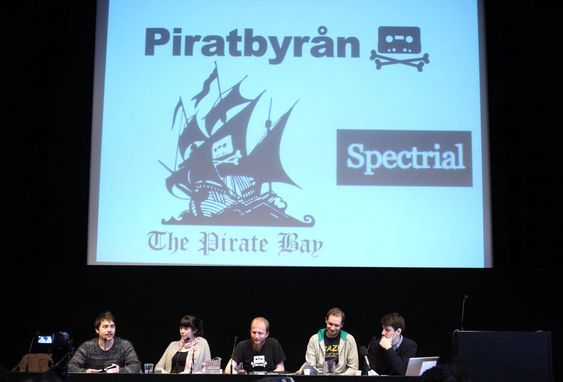 Fra søndagens pressekonferanse med Piratbyrån og The Pirate Bay i Stockholm. I dag, mandag, starter rettssaken mot The Pirate Bay i Stockholms tingsrett.
