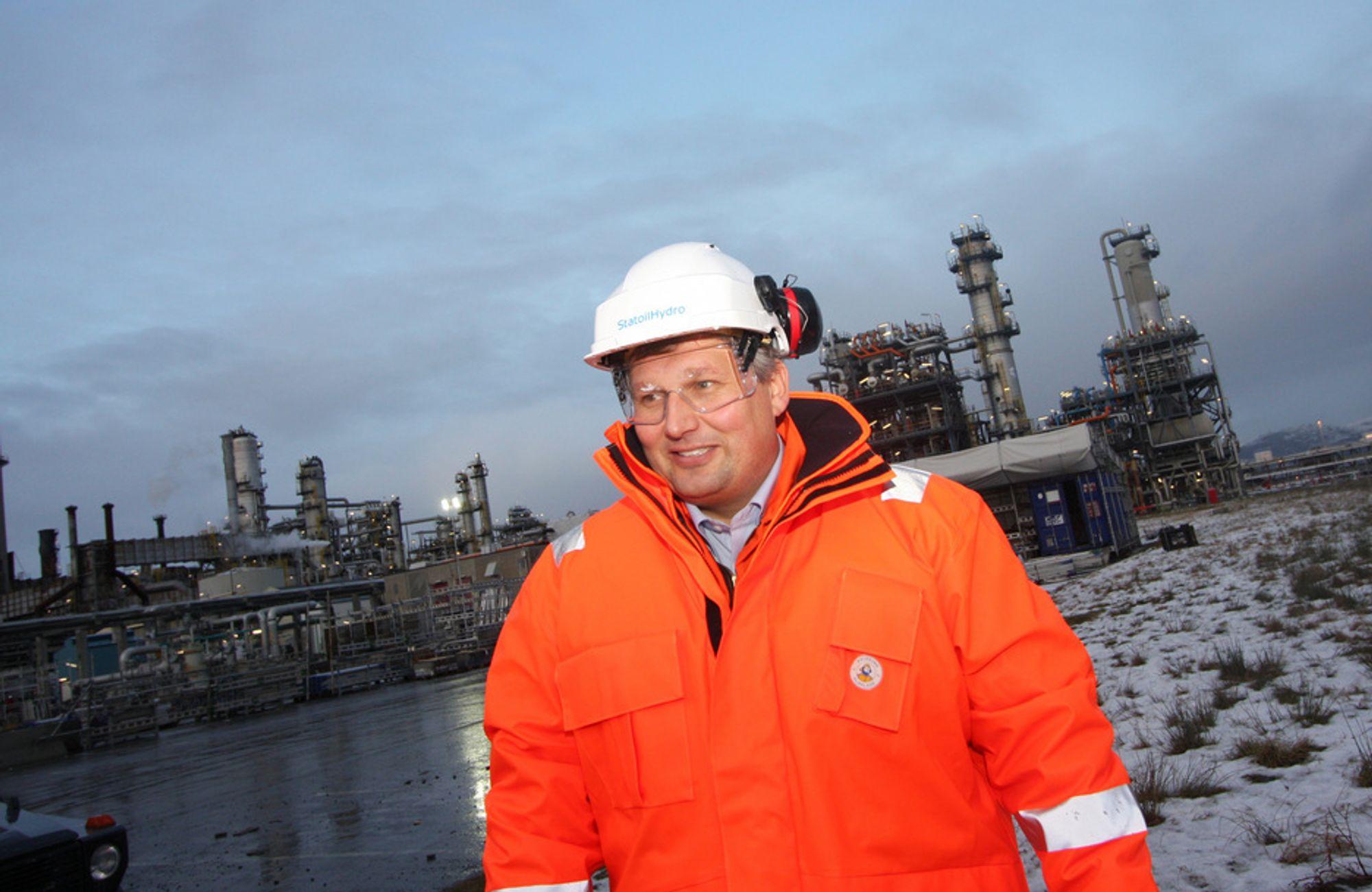 PÅ MONGSTAD: Olje- og energiminister Terje Riis-Johansen besøker Mongstad. Nå kan prestisjeprosjektet bli utsatt igjen, på grunn av økt kreftfare ved bruk av aminteknologi. Skal en annen teknologi brukes i stedet, kan det føre til forsinkelser. Hvor lenge kan ikke departementet si nå.