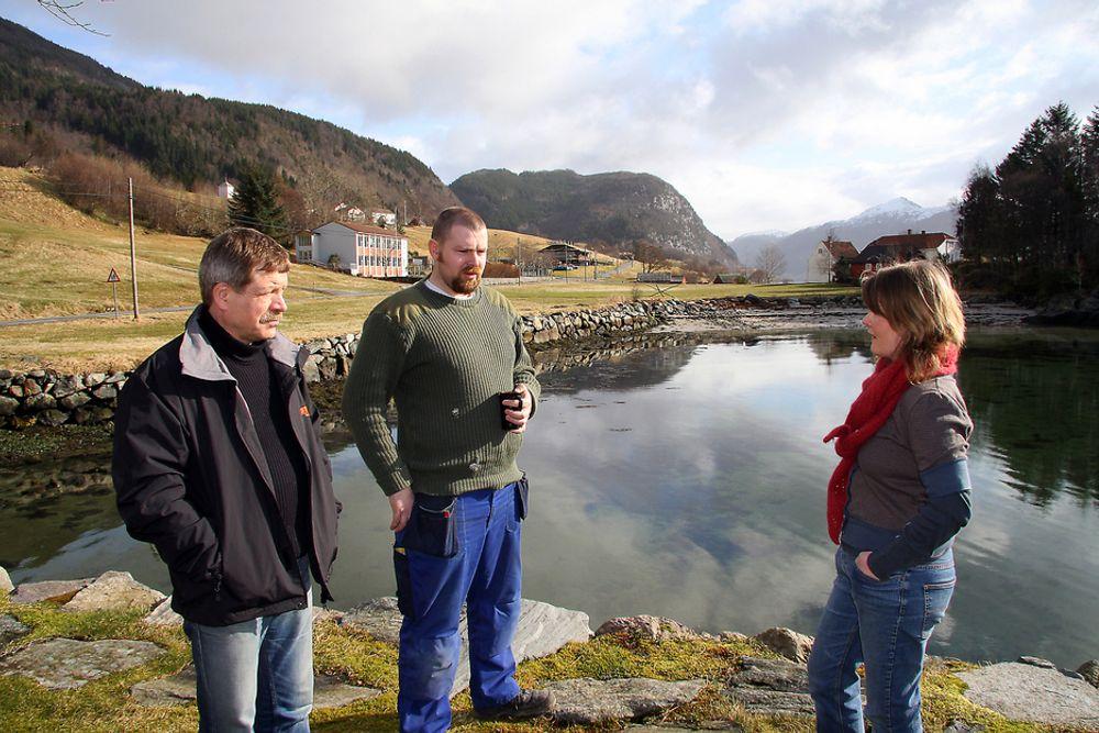 SKEPTISKE: Ola Sveen, Ole Erik Thingnes og Åse Marie Thingnes er skeptiske til gruveplanene i Engebøfjellet.