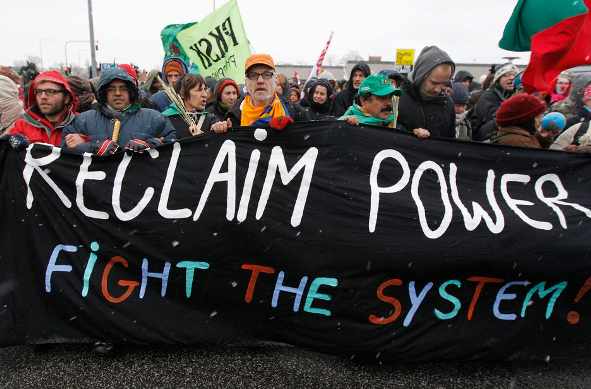 Demonstranter marsjerer mot konferansesenteret Bella Center utenfor København, der klimamøtet holdes. 230 demonstranter var onsdag formiddag pågrepet av politiet.