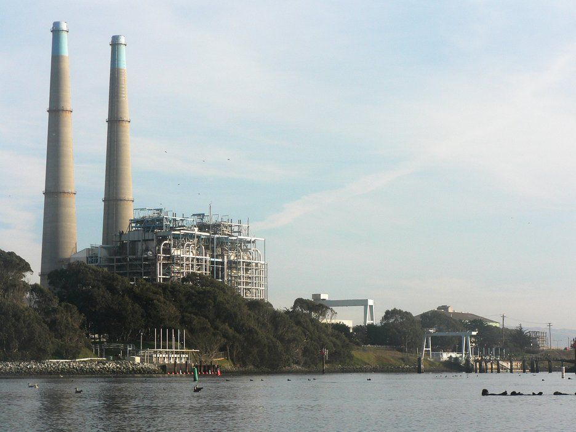 RENSER CO2: Fra demne kraftstasjonen på 1500 MW renses CO2 med sjøvann. Resutatet er karbonater som kan brukes i sement.