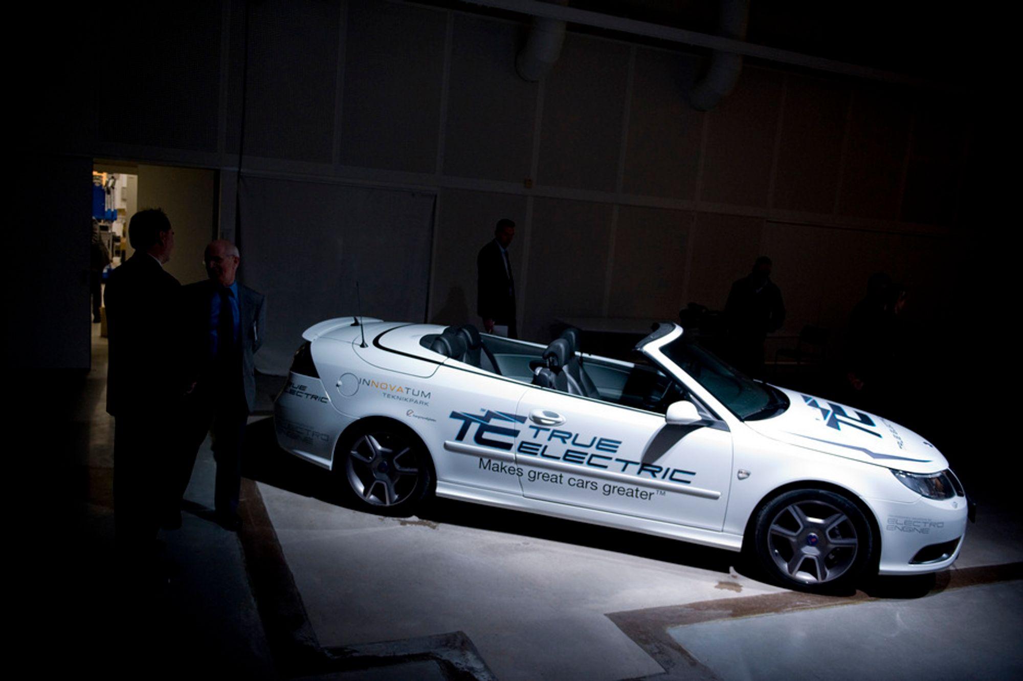 Prototypen på ZE Saab 9-3 ble vist fram i Trollhättan tirsdag. I løpet av de neste to årene er planen å konvertere til sammen 100 saaber til elektrisk drift.