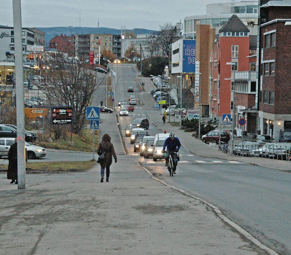 Strekningen i forgrunnen får fullt gateprofil (22,5 meter ) med en gang. Den delen av Ensjøveien som ligger bortenfor det nærmeste krysset får et profil som varierer mellom 14,5 og 17,2 meter.
