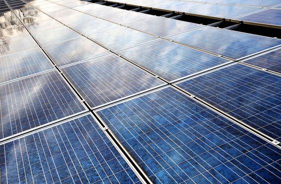 SOLCELLER: Solcellerelatert virksomhet har bidratt sterkt til at nyinvesteringer i industrien har økt med over 30 prosent i forhold til i 2006.