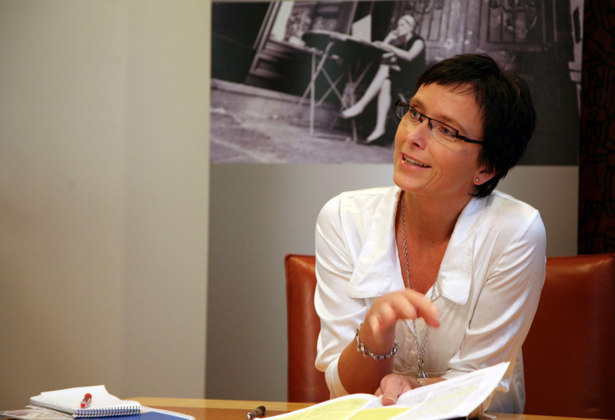 Fornyings- og administrasjonsminister Heidi Grande Røys vil ikke pålegge virksomheter å droppe utvikling for IE6, men oppfordrer likevel til å fase ut nettleseren.