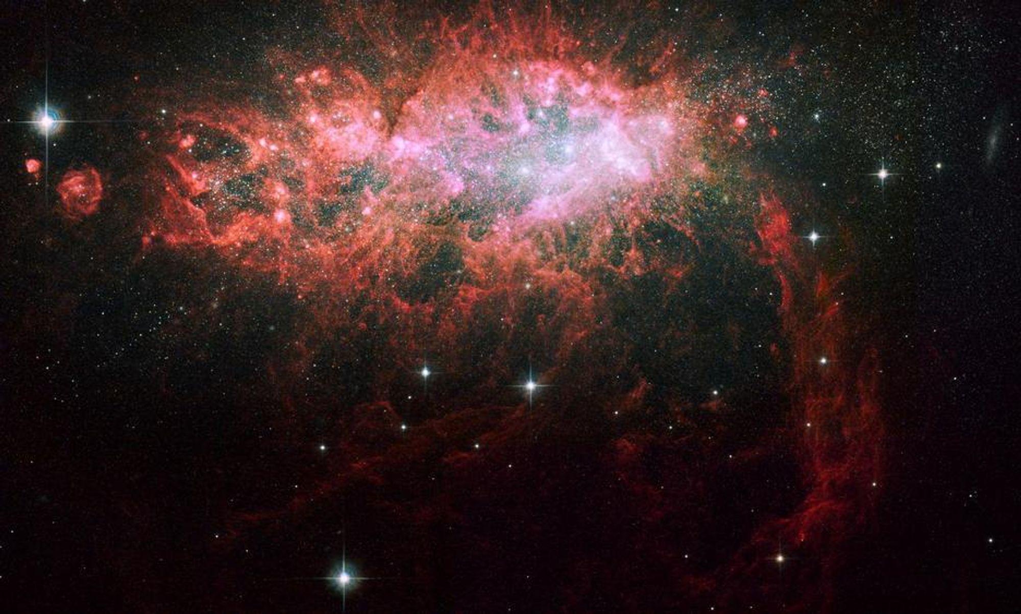 ENSOM: Denne ensomme galaksen pumper ut bye stjerner i en høy takt. Dette har pågått i mer enn 100 millioner år.