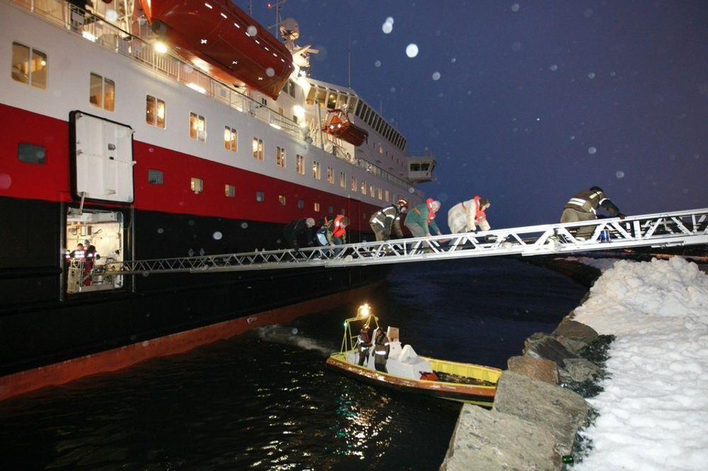 """Hurtigruteskipet """"Richard With"""" gikk tirsdag morgen på grunn rett ved Pir 2 i Trondheim Havn. Passasjerer og mannskap ble evakuert via brannstige."""