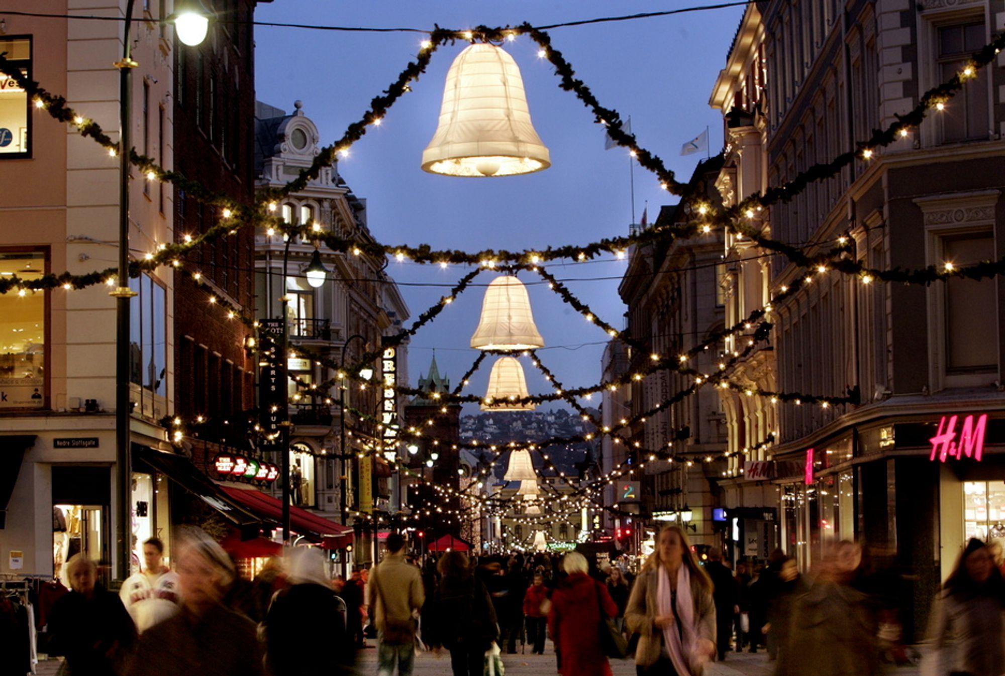 """Enova-kampanjen """"Snu strømmen"""" skrur tirsdag av julebelysningen i seks norske byer samtidig."""