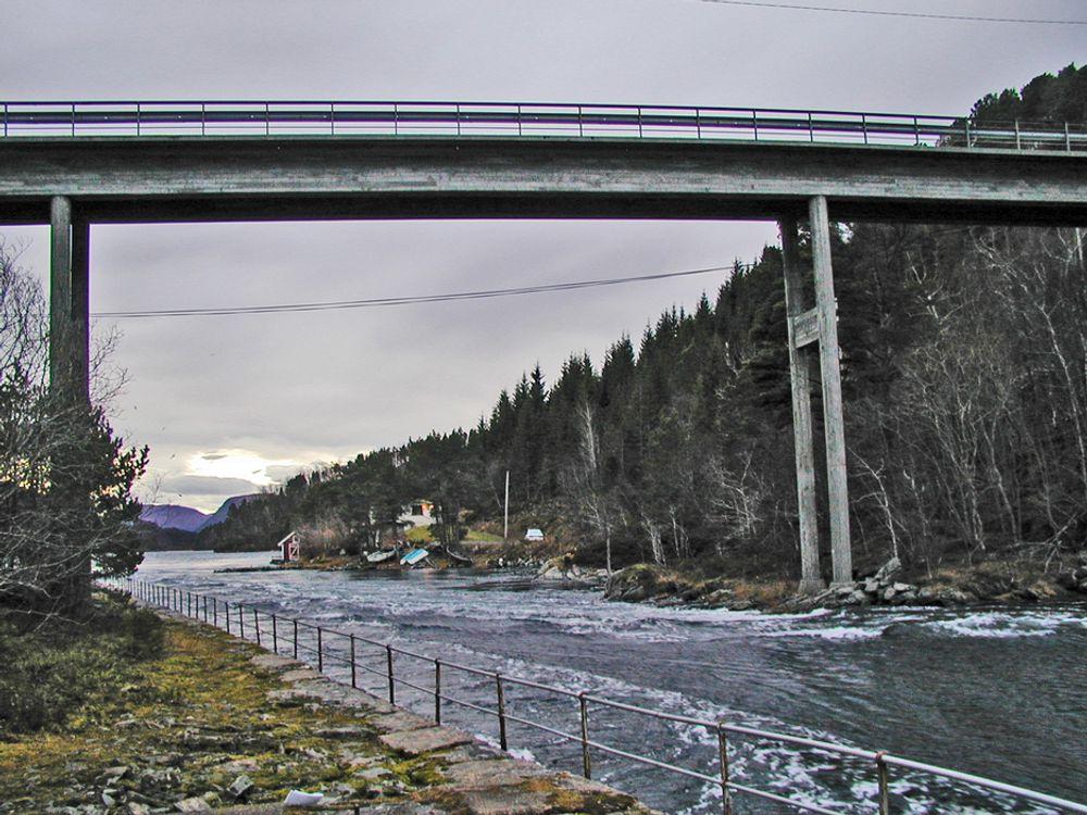 Den 50 år gamle Foldfjordbrua kunne stått i flere år, men på grunn av en krapp sving like utenfor bildet til høyre, må den skiftes ut. Nederst går støttemuren som folk gikk på da de trakk båtene mot den sterke strømmen.