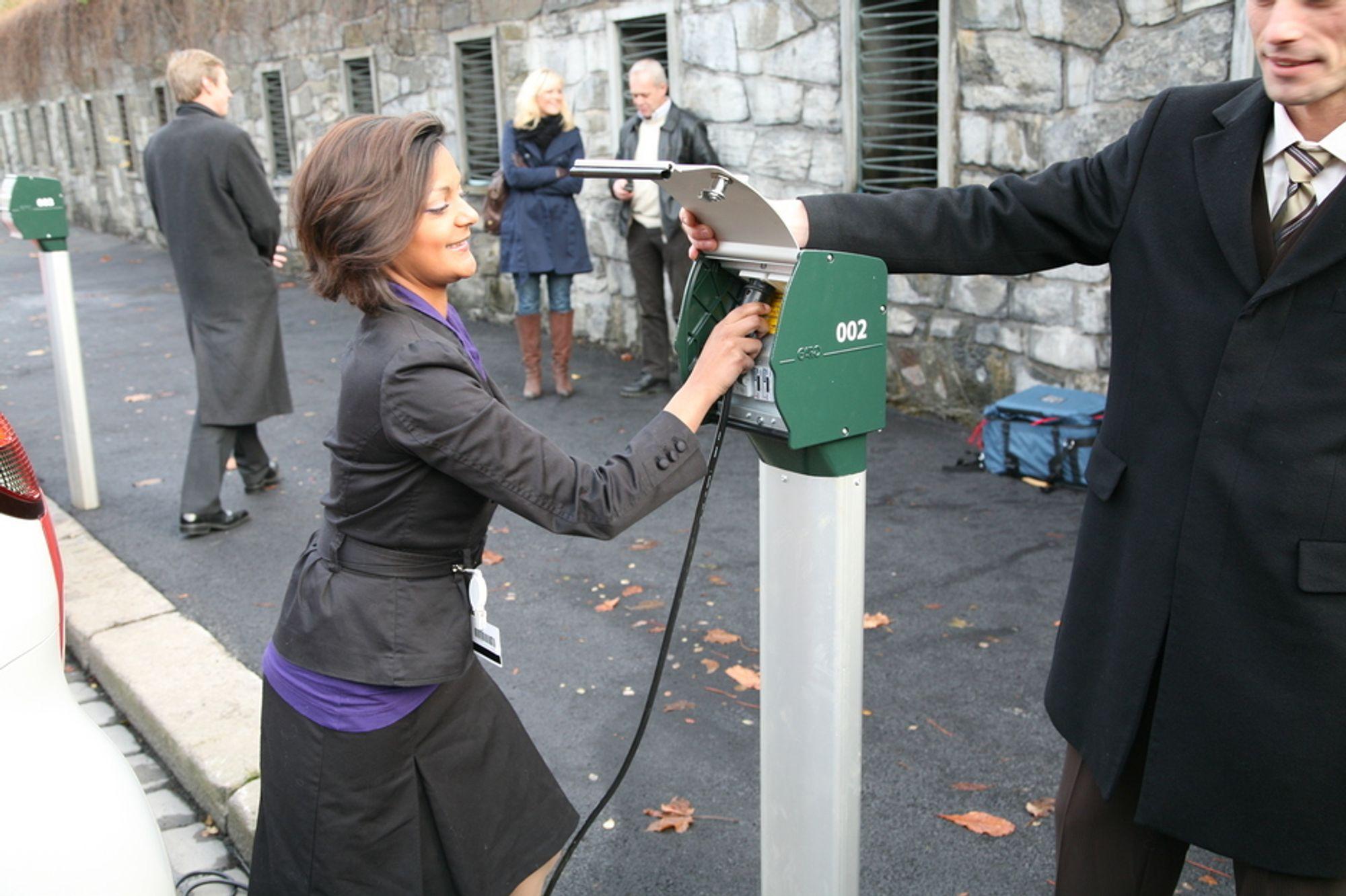 Tidligere byrådssekretær Lene Langemyr åpnet ladestasjonene i Kongens gate i november i fjor. Foreløpig har imidlertid etableringen av stasjonene gått treigt.