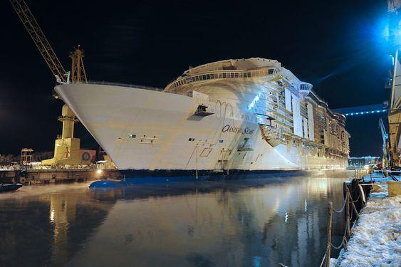 FLYTER: 22.  november 2008 ble ble slusene åpnet  og tørrdokka i Åbo fylt med vann. Dermed kunne RCCLs Genesis-prosjekt konstatere ta verdens største cruiseskip fløt.