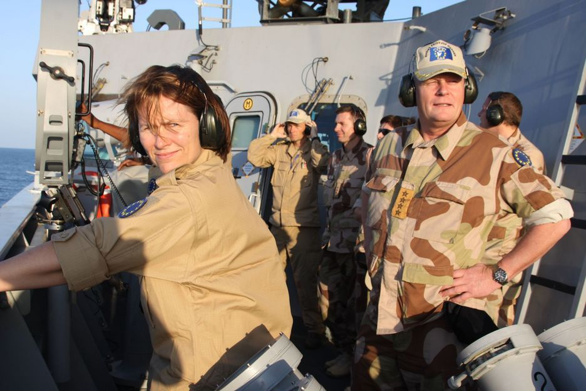 Somaliske pirater har i år slått til mot nesten dobbelt så mange skip som i fjor, og EUs marinestyrke, der også den norske fregatten KNM Fridtjof Nansen inngår, greier ikke å stanse kapringene. Forsvarsminister Grete Faremo (t.v.) og forsvarssjef Harald Sunde besøkte tidligere i måneden KNM Fridtjof Nansen i Adenbukta der en britiskregistrert kjemikalietanker ble kapret tidligere i uka.