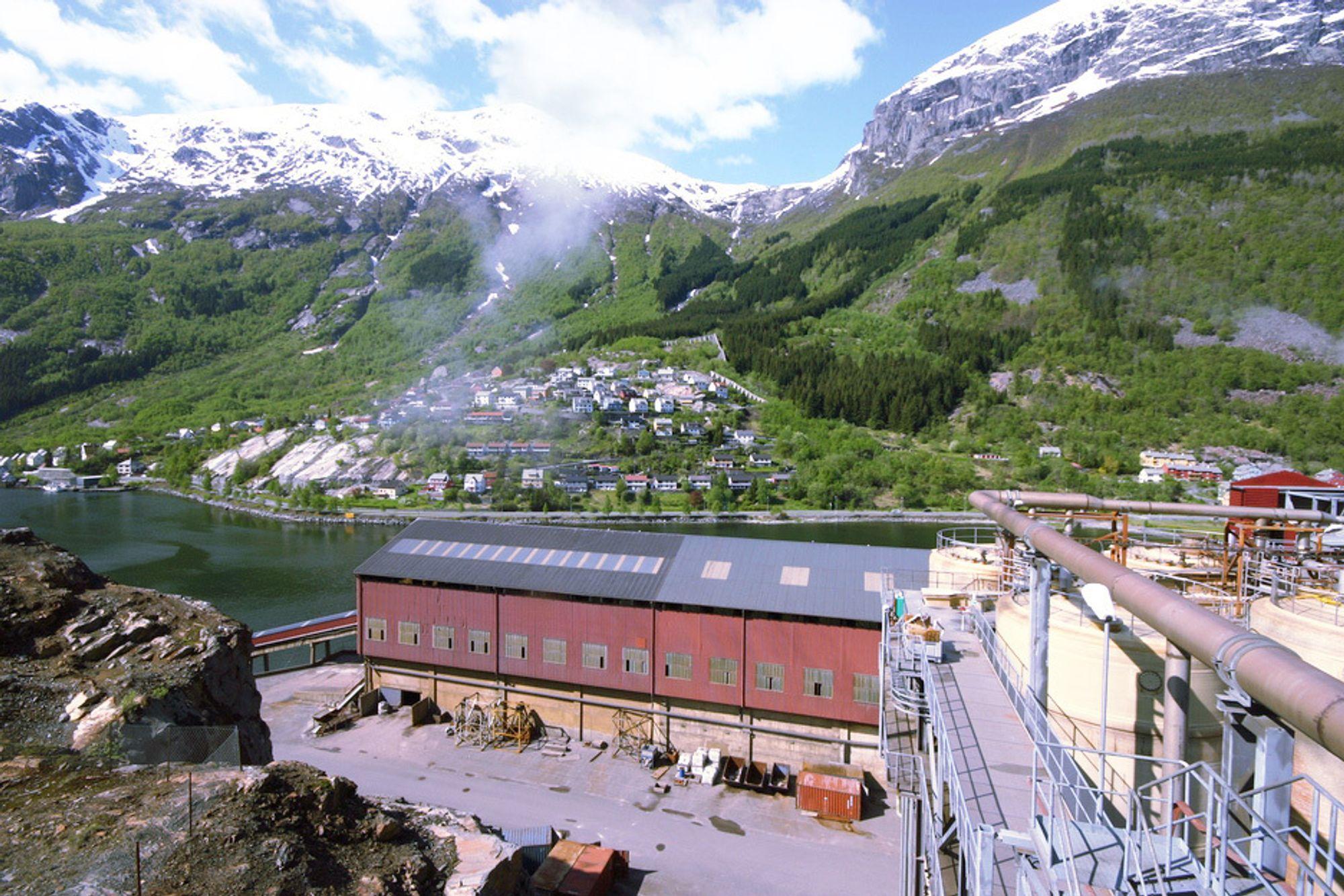 IDYLL: Boliden brukte 600 millioner kroner på å rydde opp i havet rundt sinkverket i Odda. Situasjonen er imidlertid ikke bedret.