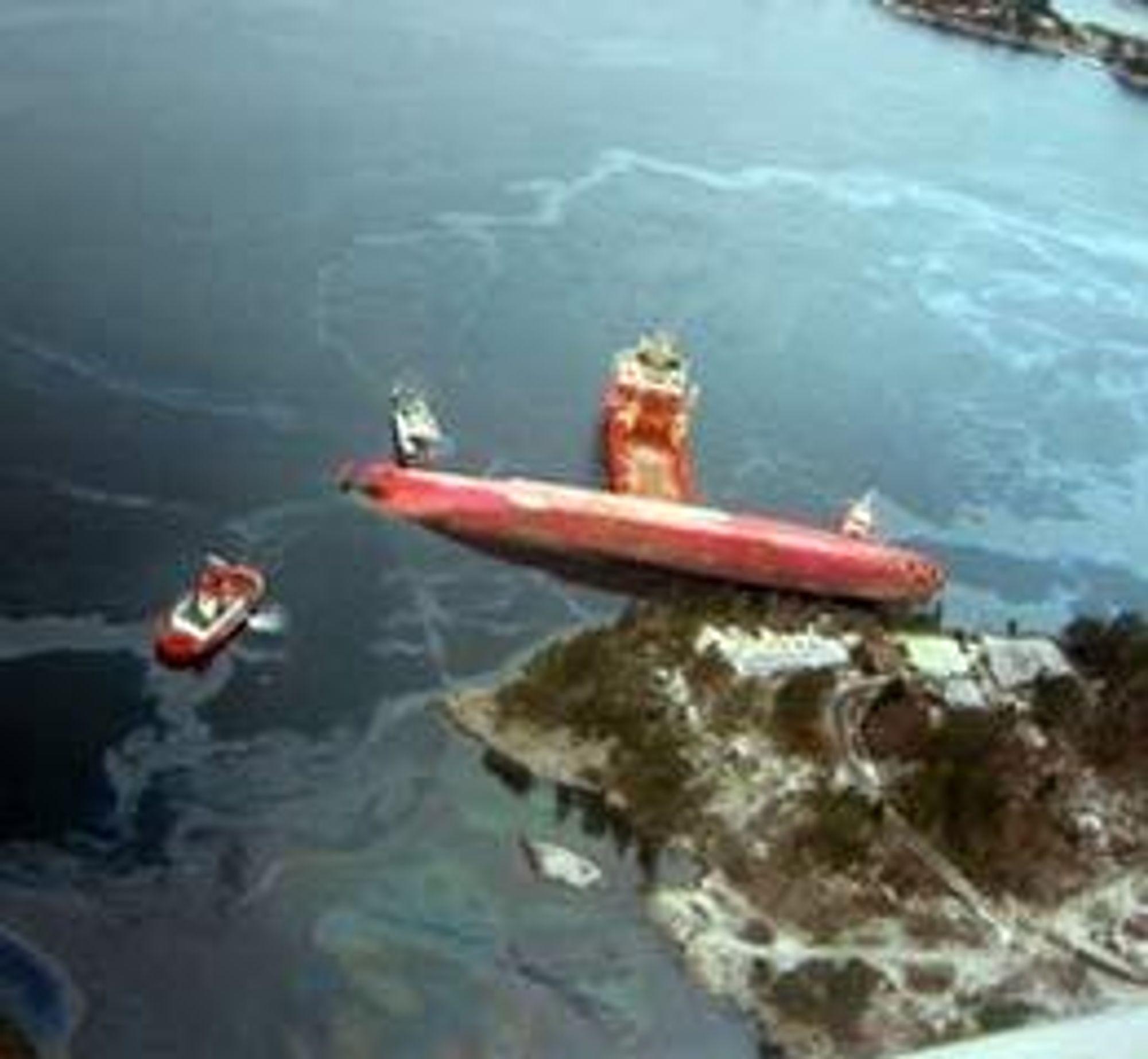 Rocknes skal ha vært borte i undervansskjær tre ganger før skipet krenget kraftig og kantret. Spørsmålet er hvordan kantringen kunne skje - og hvorfor så raskt. Foto: Kystverket